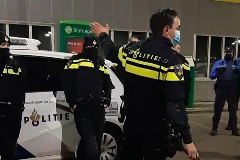 Illegaal feest beeïndigd onder spoorviaduct in Nieuw-Vennep