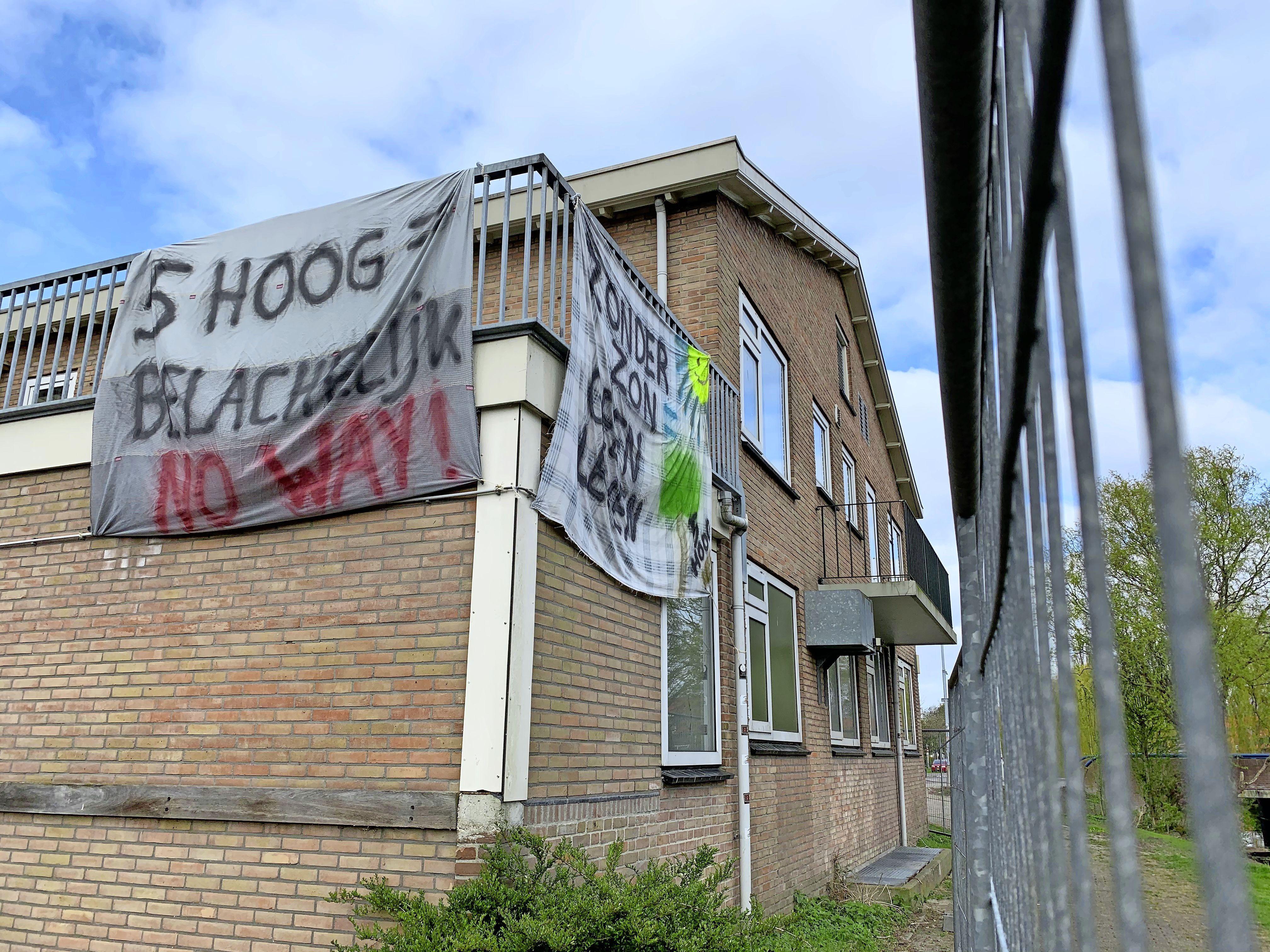 Spandoeken op de oude Durghorst vertolken de stem van verontruste bewoners: 'Vijfhoog is belachelijk. No way!'