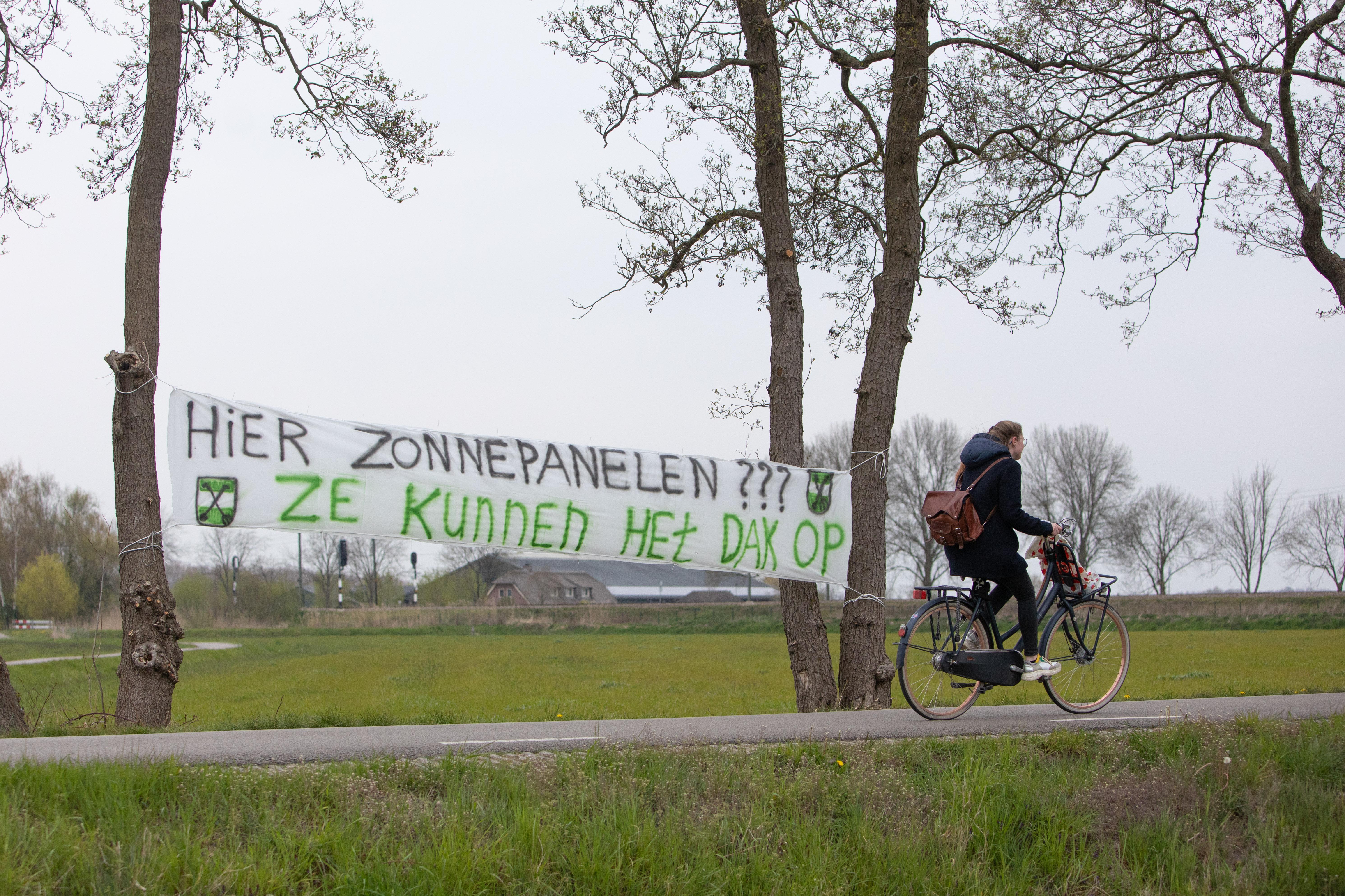 Soest gaat voor 15 hectare groot zonneveld in polder bij Praamgracht, rest van Eempolder en vliegbasis blijven gevrijwaard; 'Goed in te passen zonder dat je het ziet vanuit Soest'
