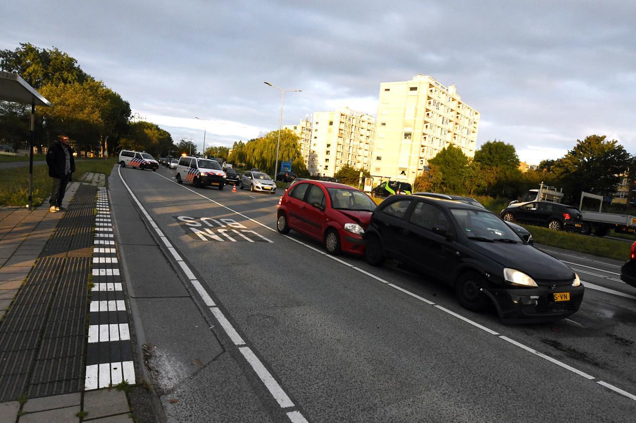 Kettingbotsing met vier auto's zorgt voor file op Leidse Voorschoterweg