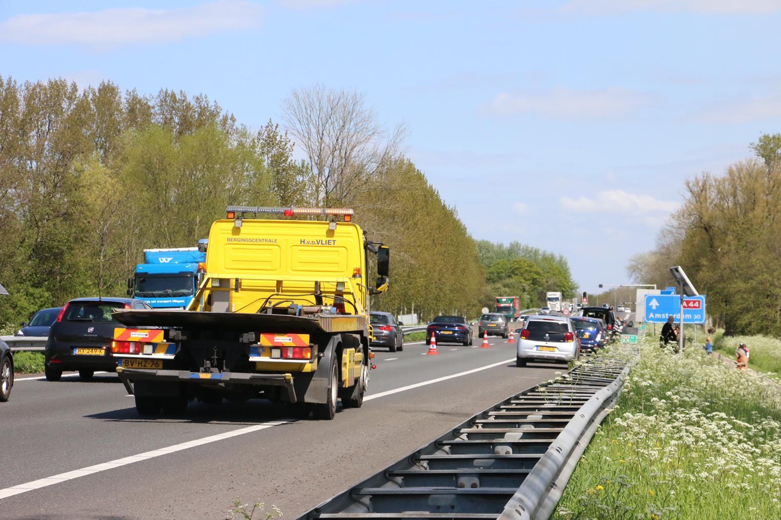 Chaos op A44 bij Sassenheim door stenen op de weg: vijf auto's met lekke band en een file