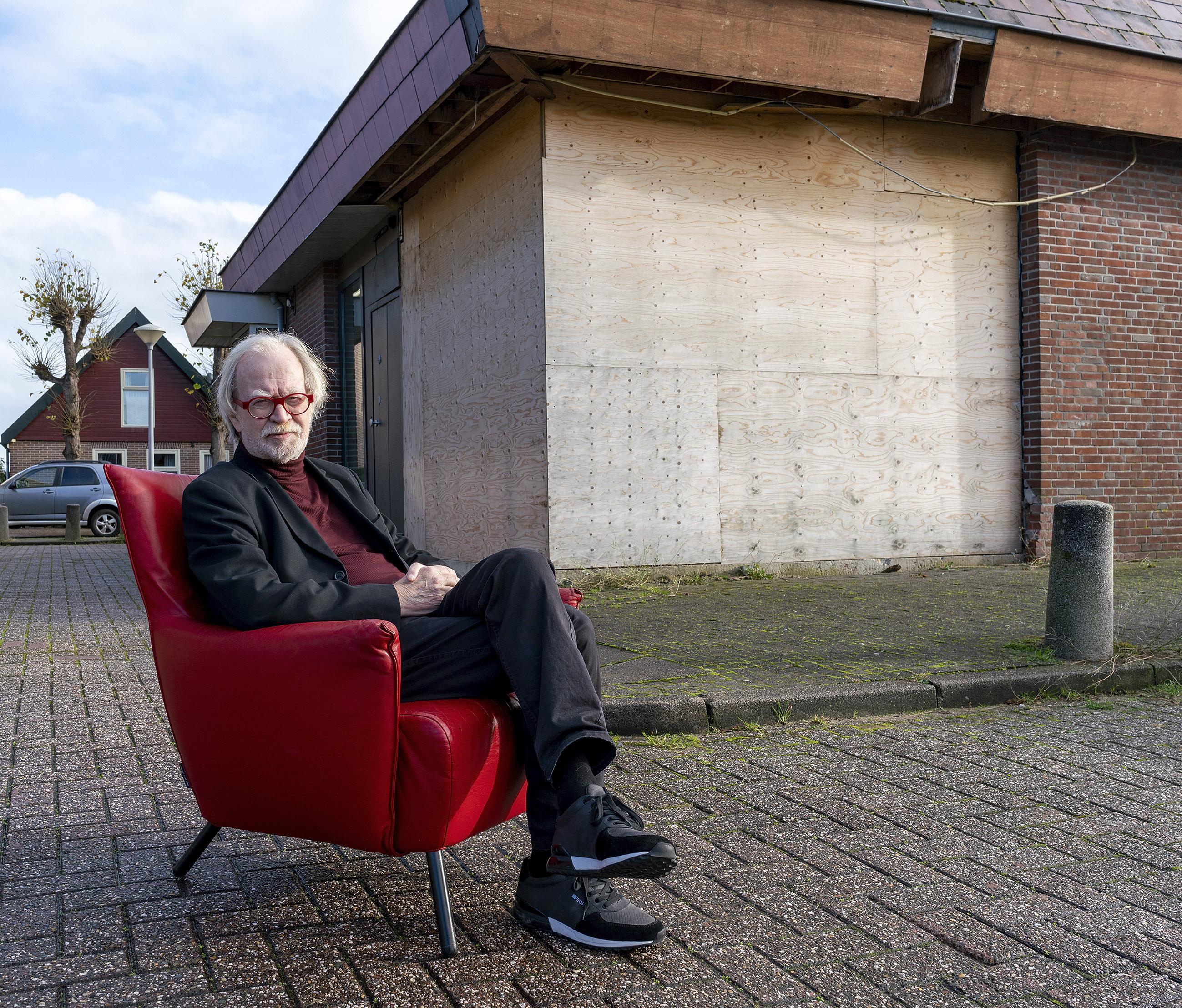 Een jaar na de plofkraakgolf: Marjan Wagemans schiet nog wel eens wakker, galeriehouder Ronald Kraayeveld zit nog met een gehavend pand en de babywinkel staat leeg.