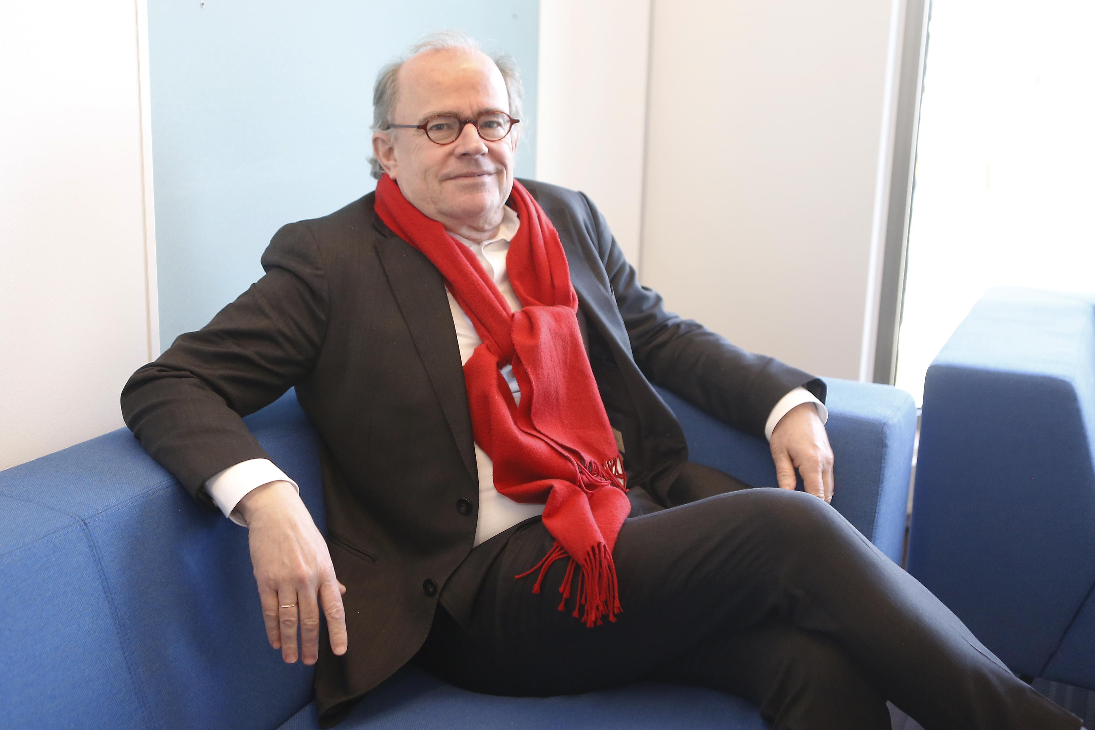 'Ik wil niemand verketteren, ik wil wél iedereen bij de les houden'; Gooise GGD-directeur René Stumpel is verbijsterd over oprekken van grenzen door winkelend publiek en grote bedrijven