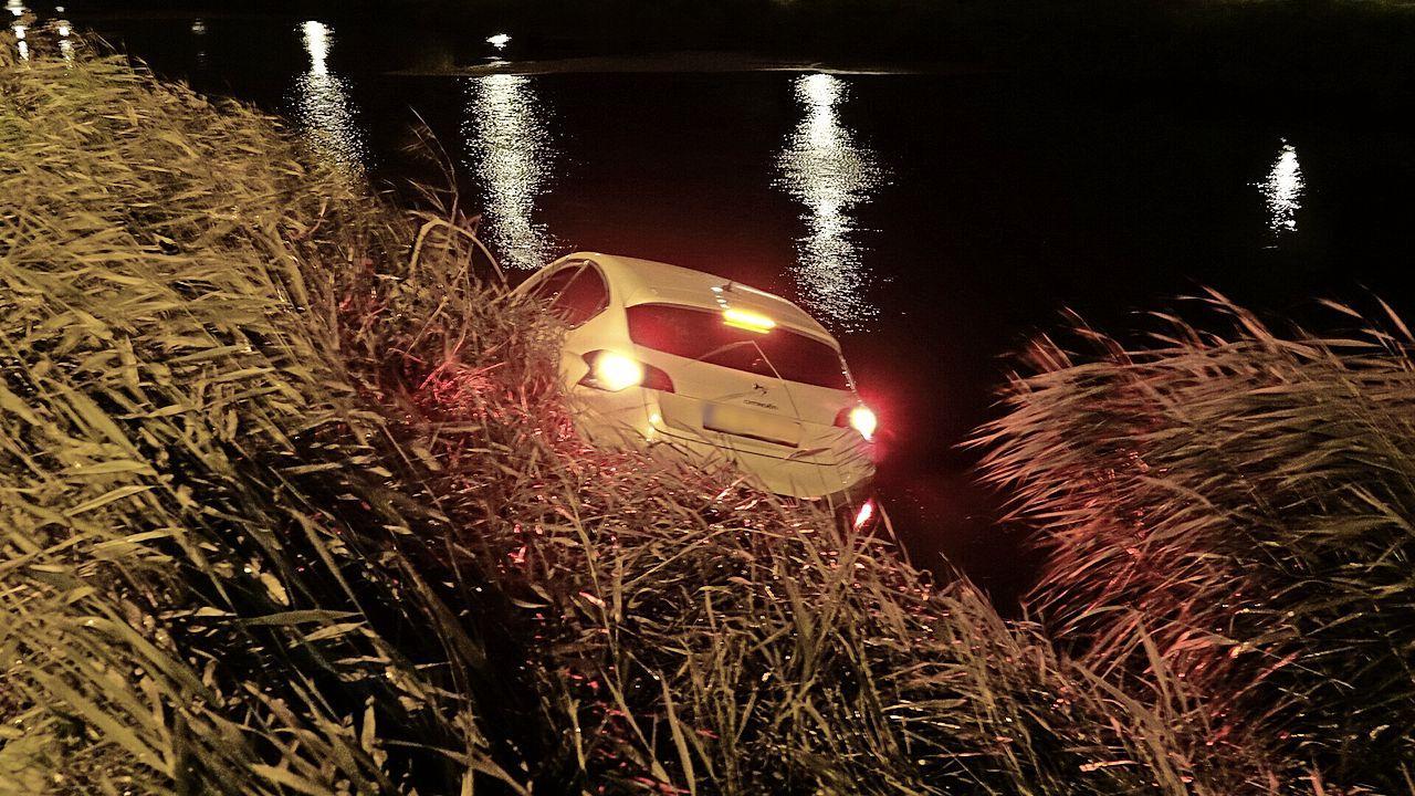 Automobilist ramt plaatsnaambord Heerhugowaard en raakt te water