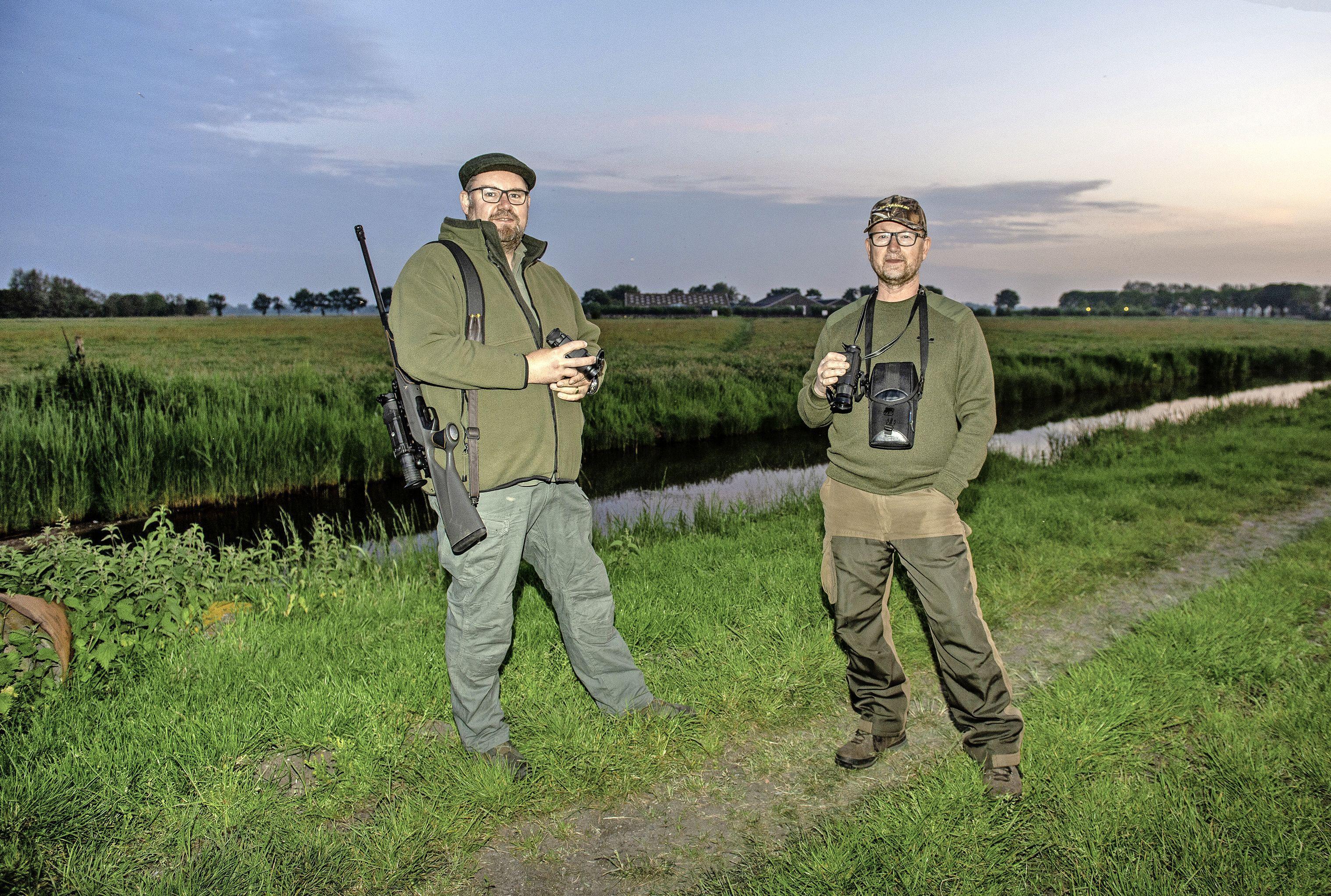 Met nachtkijkers op jacht in de polder met Bas en Dennis. 'Is het witte stipje een vos of een kat?'