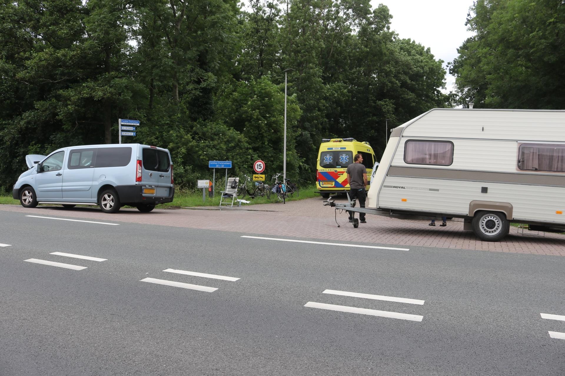 Busje met caravan in brand gevlogen in Sassenheim; bestuurder naar ziekenhuis