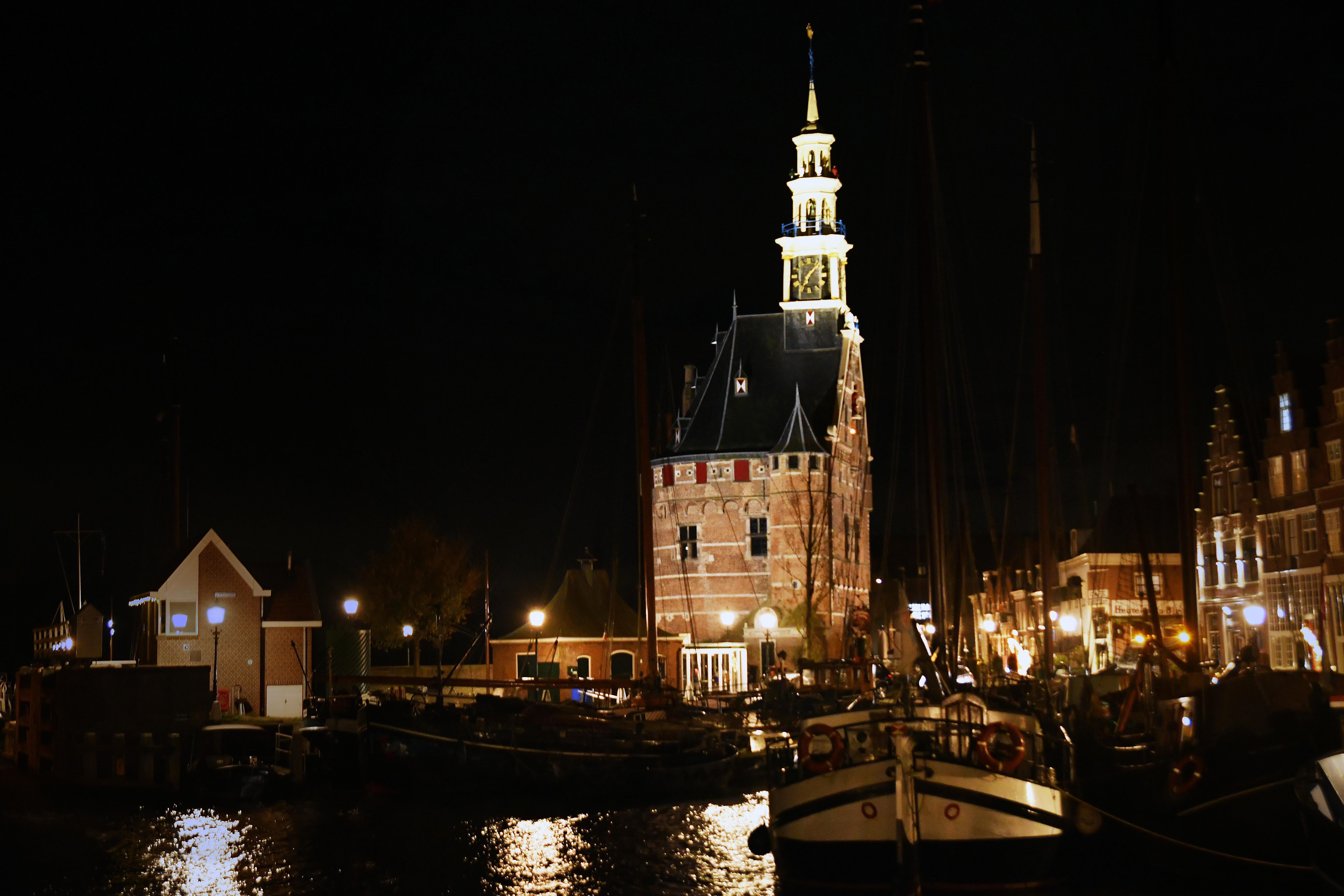 Mooi aangelichte Hoofdtoren in Hoorn en Hervormde Kerk in Westerblokker als 'lichtpuntjes voor de feestdagen'