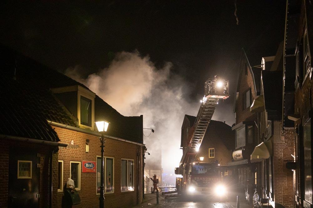 Grote brand treft eetcafé in oude centrum Spakenburg [video]