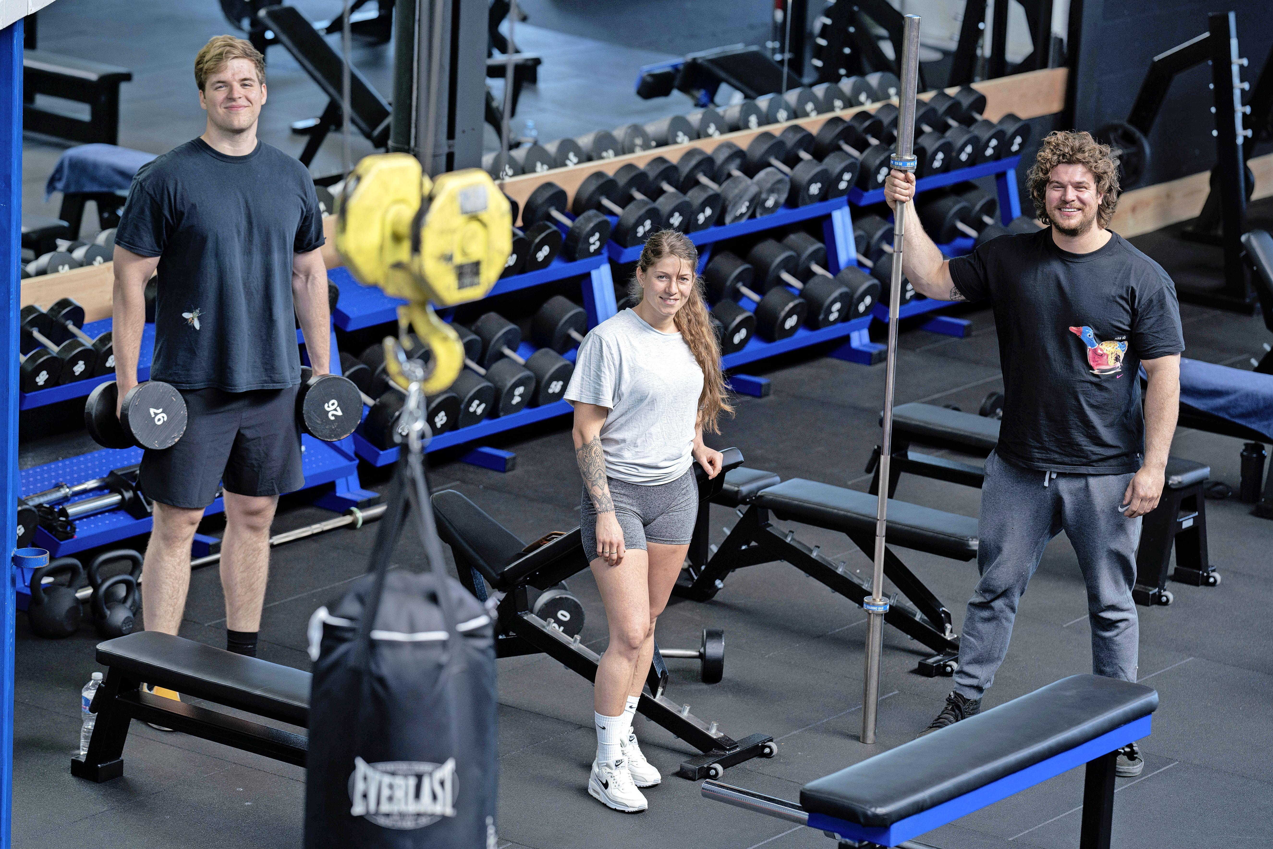 Er is een nieuwe sportschool in Anna Paulowna, 'Bassies Halterclub'. Net begonnen en meteen succesvol. 'We creëren hier een community, iedereen motiveert elkaar'