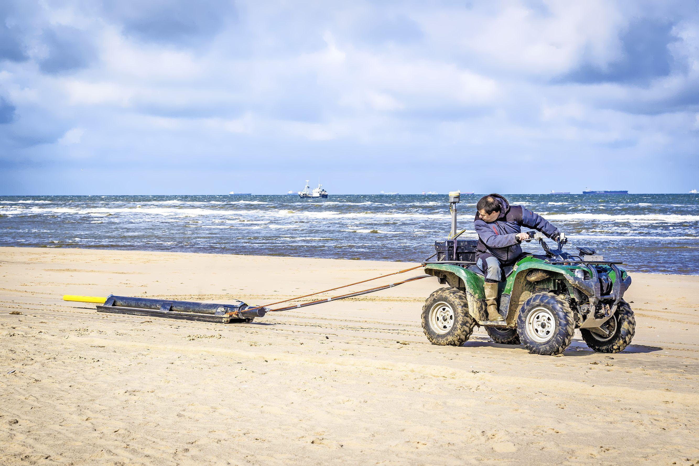 Met een quad op zoek naar Romeinse restanten onder het Katwijkse strand. 'Heel spannend of er iets wordt gevonden'