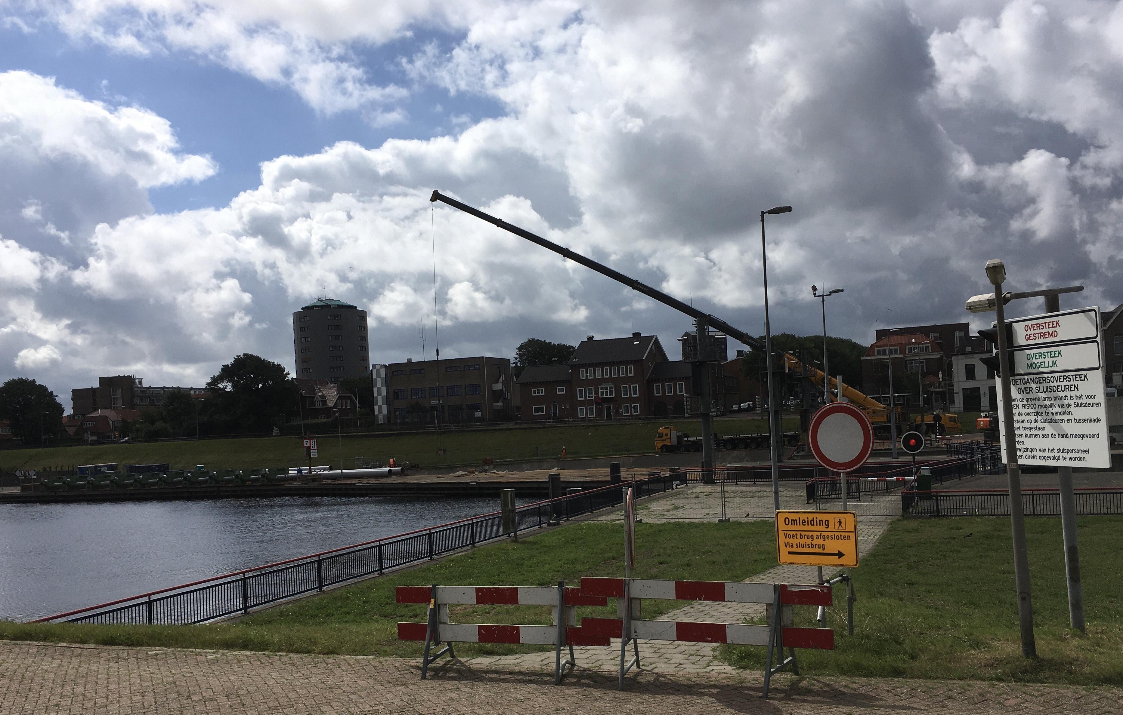 Agnes Quaytaal staat voor de vierde keer in IJmuiden voor de brug te wachten door de komst van 31 noodpompen: 'Het begint inderdaad wel irritant te worden'