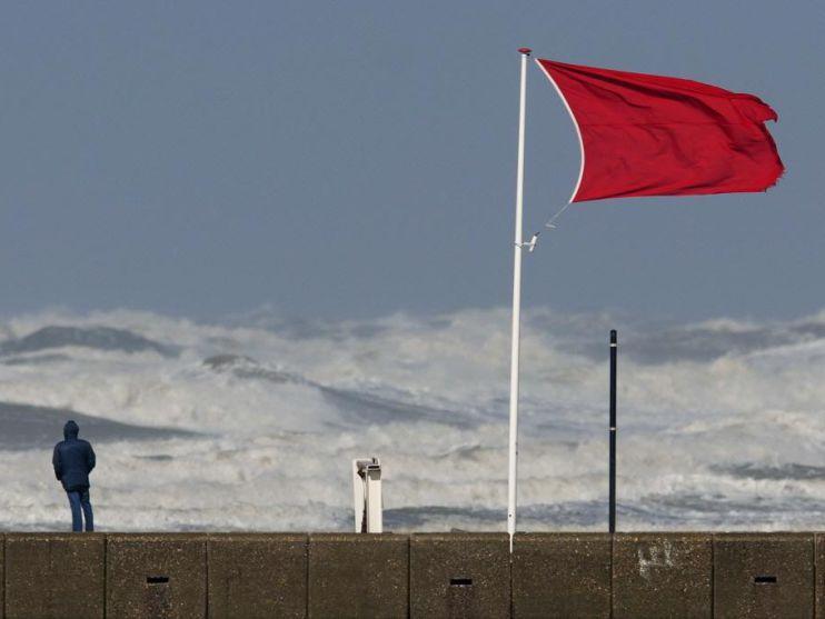 'Zet langs hele kust waarschuwingsvlaggen neer'