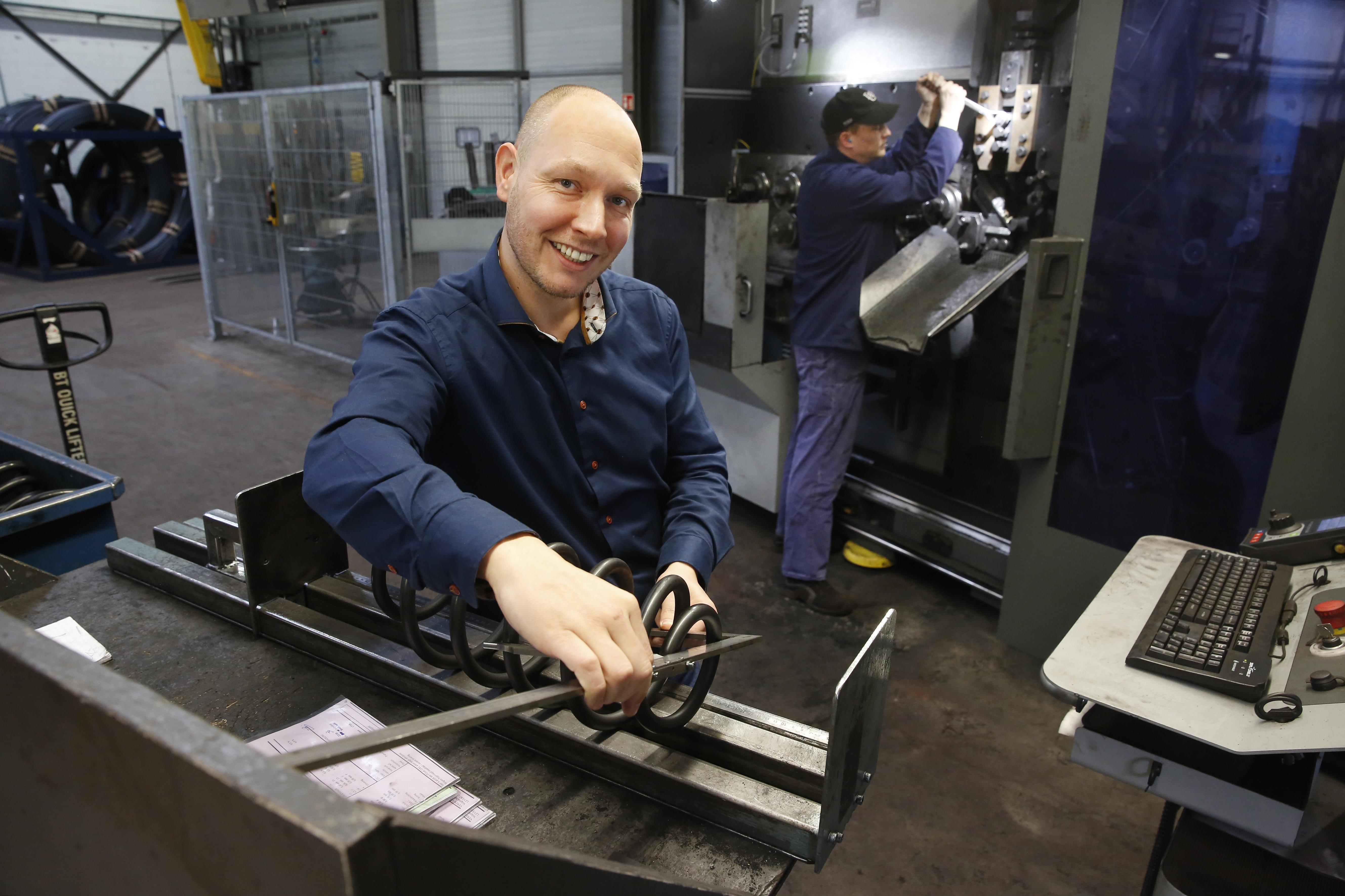 Verenfabriek VIOD maakt 7000 verschillende veren voor auto's, crossmotoren, landbouwmachines en nog veel meer. Een verhaal dat 70 jaar geleden begon met opa Dhondt die kolen 'ruilde' voor een wikkelmachine