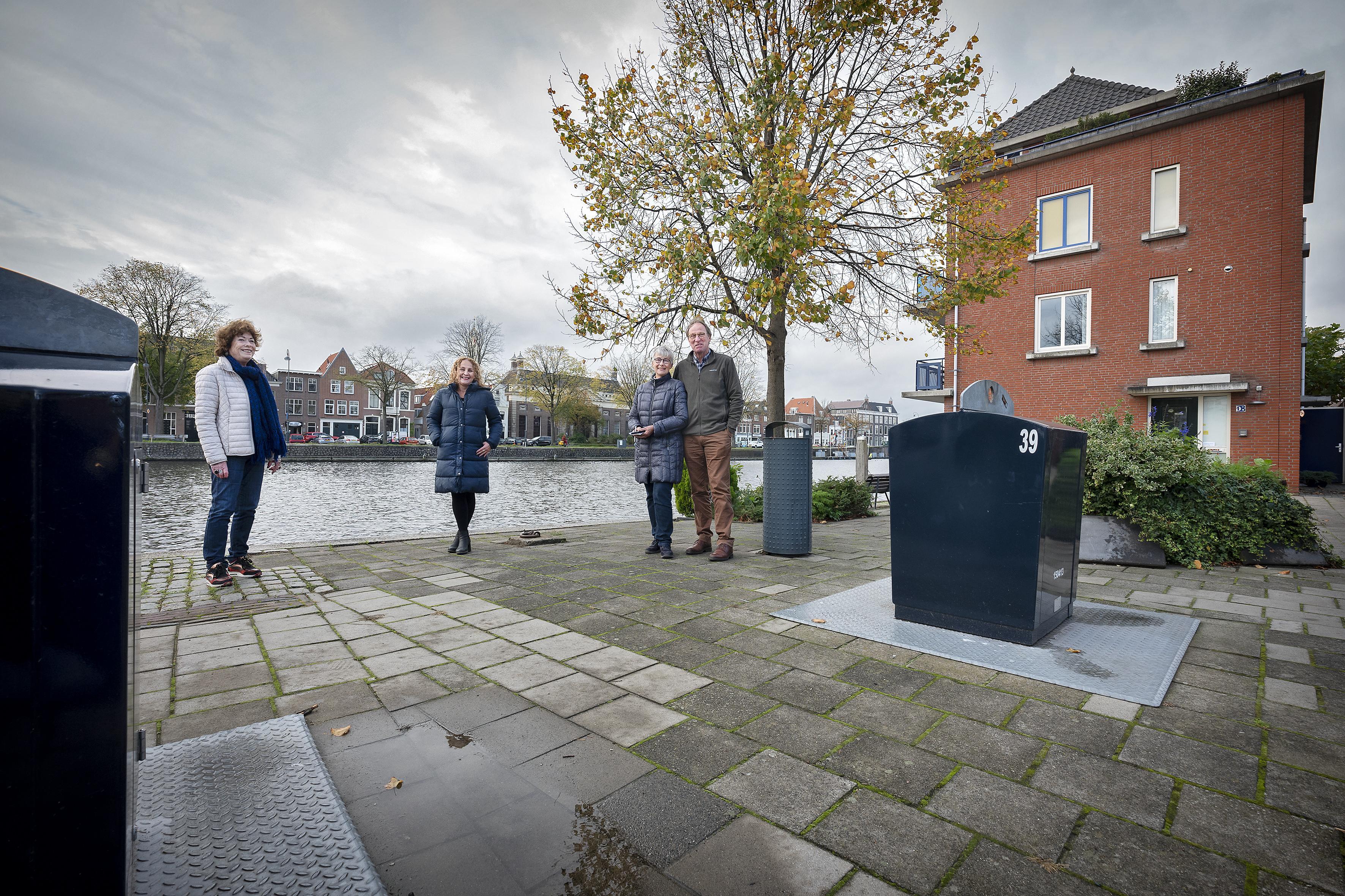 Bewoners Korte Dijk in Haarlem in het geweer tegen groeiend aantal afvalcontainers in de stad. 'Ons ontmoetingspleintje wordt zo een mini-milieuplein!'