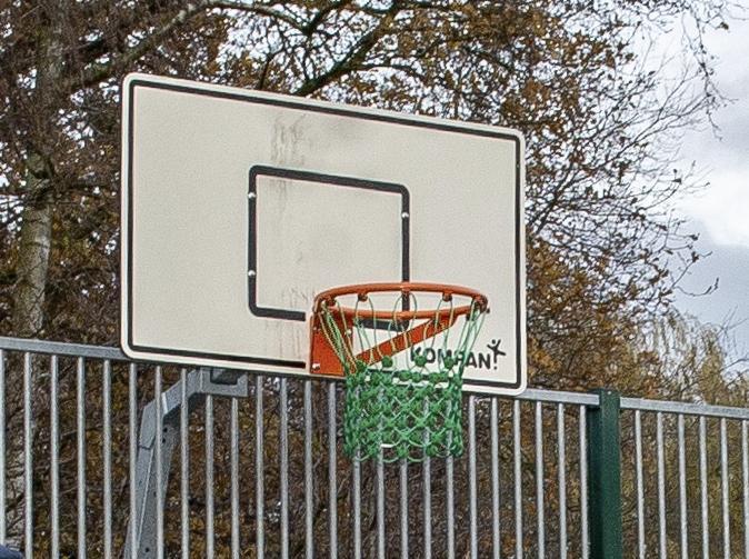 Baskets gestolen van speelveldje in Wijkpark Landsmeer; wethouder roept daders op zich te melden