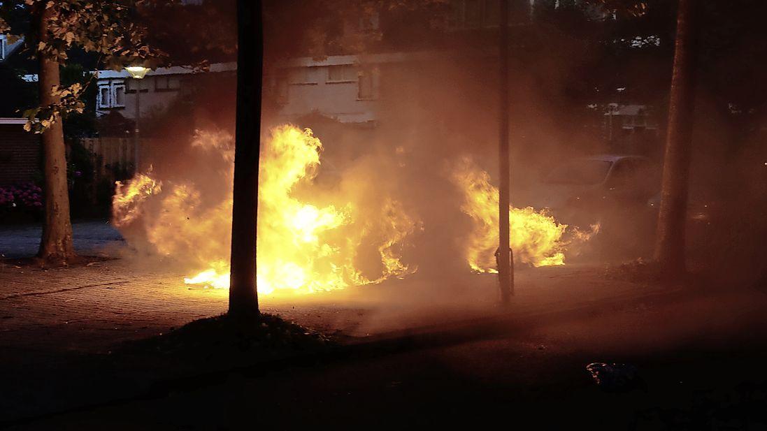 Geparkeerde auto verwoest door brand in Zwaag