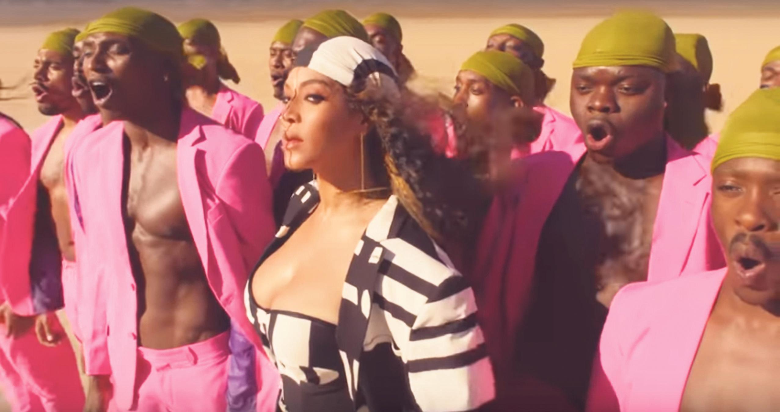 Felroze pakken van bedrijf Roelofarendsveen duiken op in Spirit-videoclip Beyoncé [video]