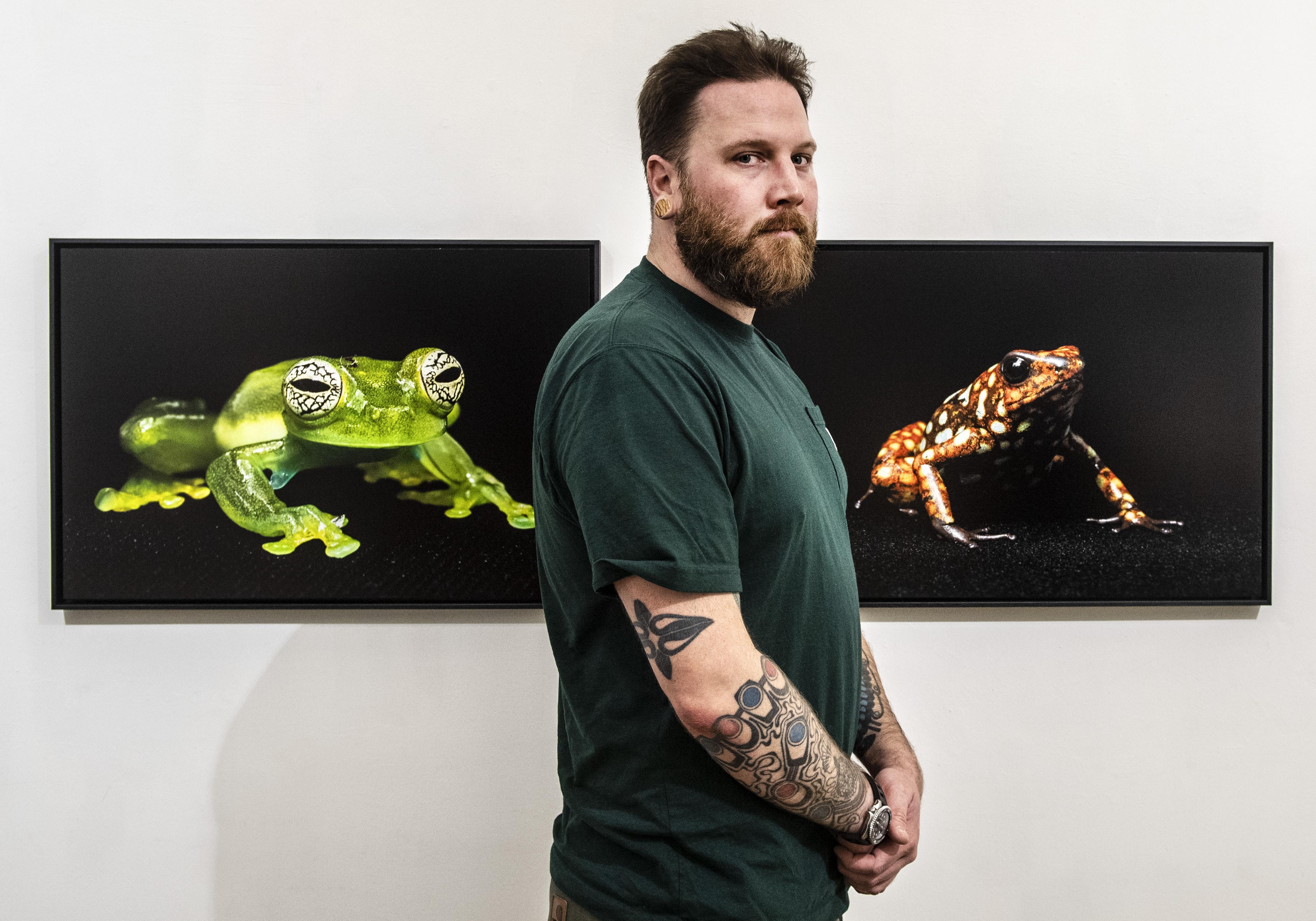Fotograaf Peter Lipton geeft uitstervende kikkers in Ecudaor een gezicht voor de buitenwereld en exposeert in fotogalerie De Gang in Haarlem