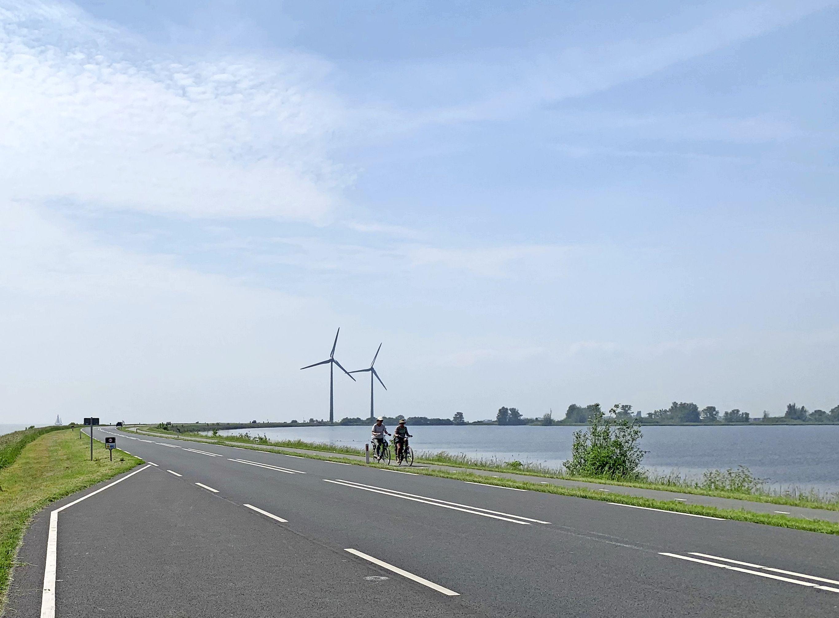 Windmolens langs dijk naar Marken taboe; uitbreiding bij de Nes moet beperkt blijven, vindt Waterland