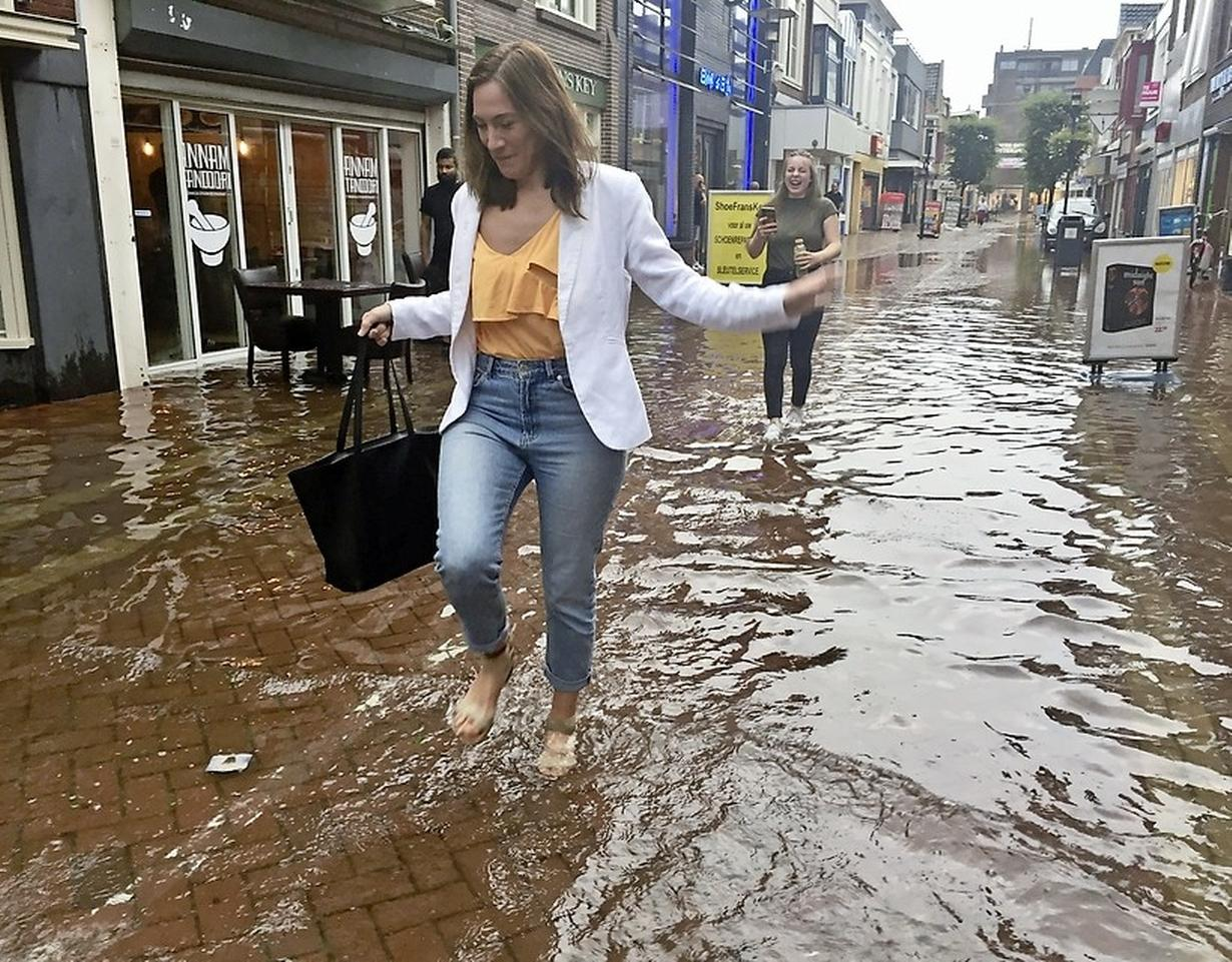 Burgers kunnen zelf iets doen tegen wateroverlast, zeggen gemeenten en waterbedrijf PWN: 'Wip een tegel uit de grond, plant een extra struik, zaai bloemen, koop een regenton...'