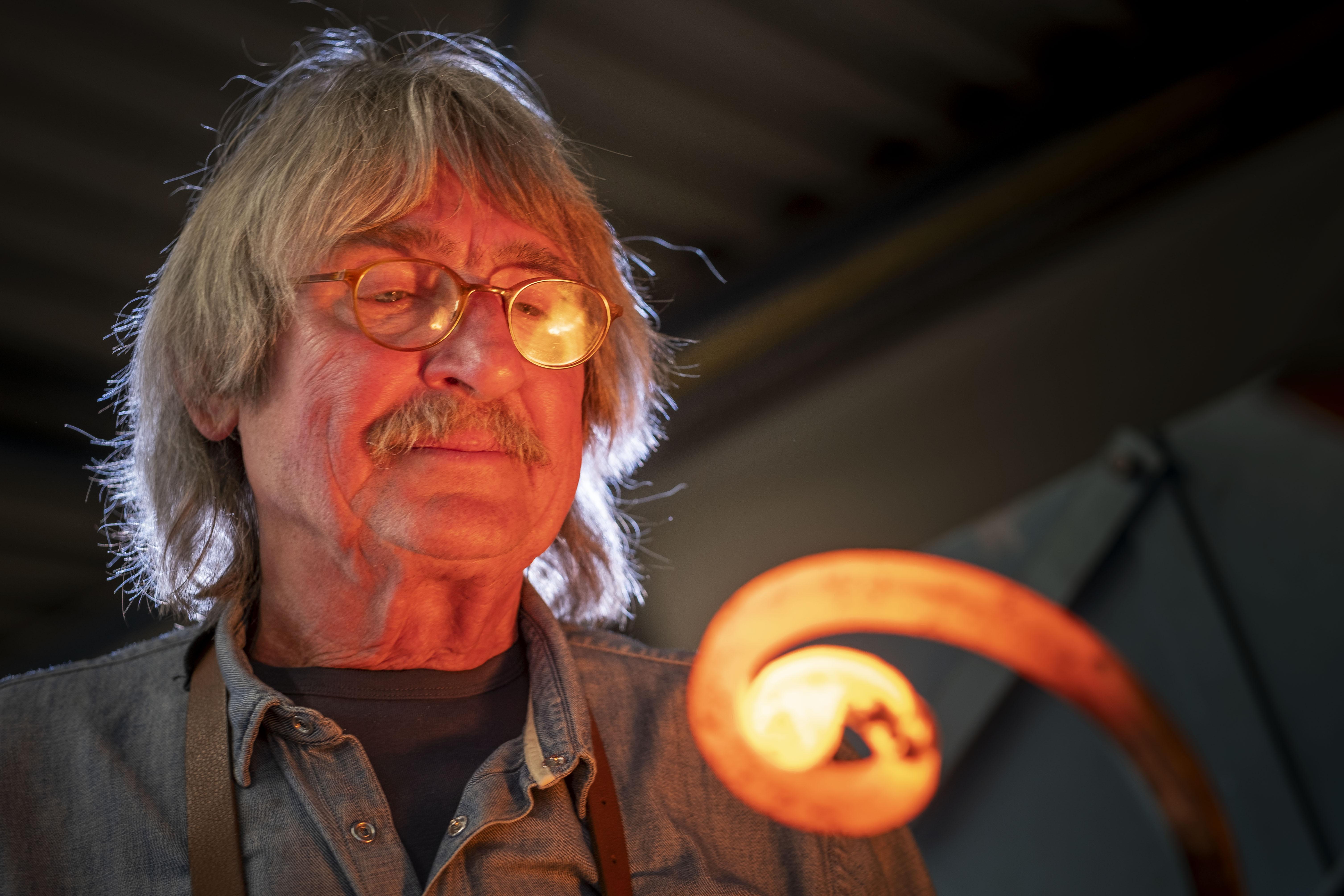 Steven Spielberg, Steve Jobs, Mick Jagger en Richard Branson behoren tot zijn klantenkring: kunstsmid Ben Demmers (67) uit Heerhugowaard steekt ziel en zaligheid in smeedwerk voor 'groten der aarde'