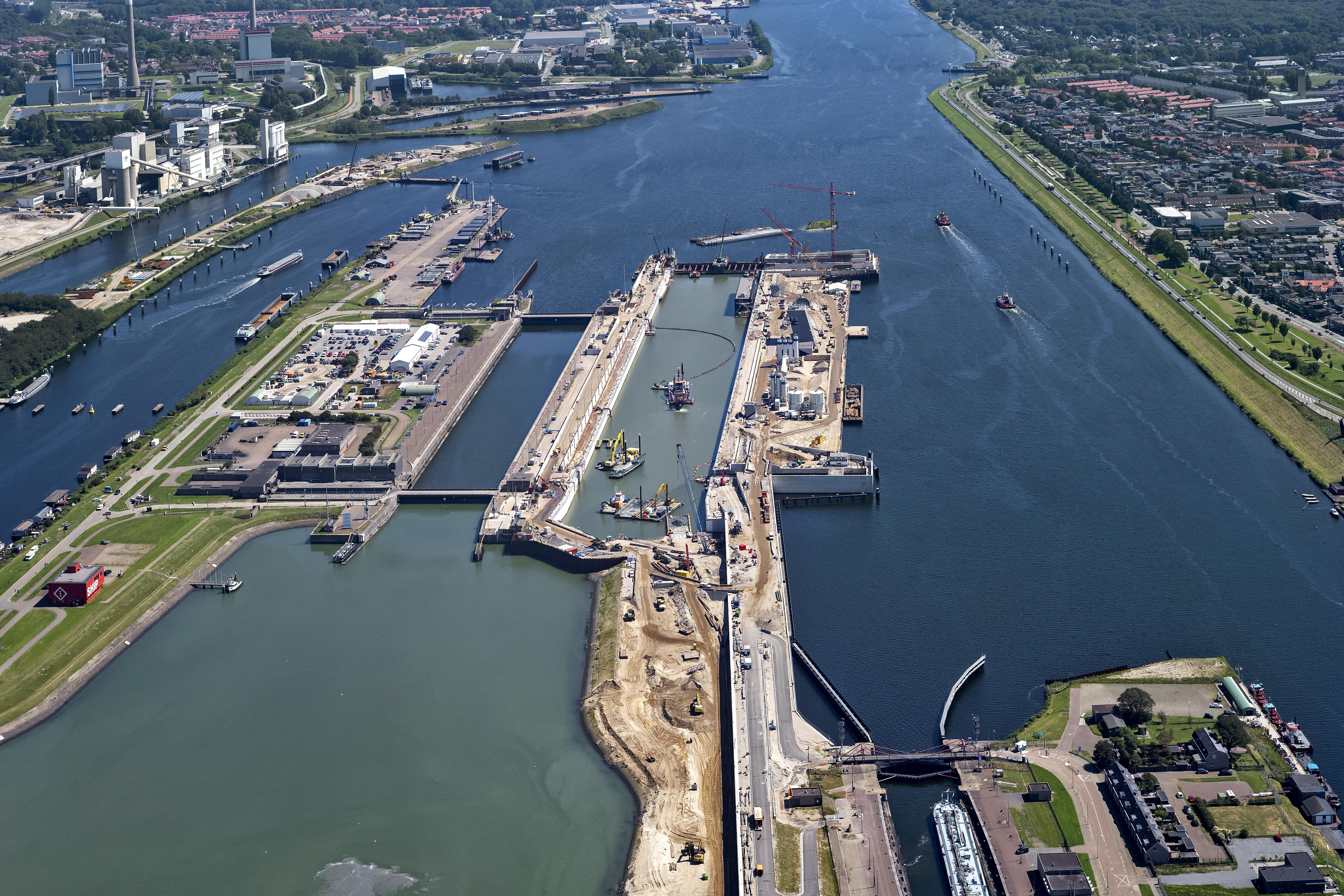 Afgraven van sluiskolk van nieuwe zeesluis IJmuiden komt op stoom