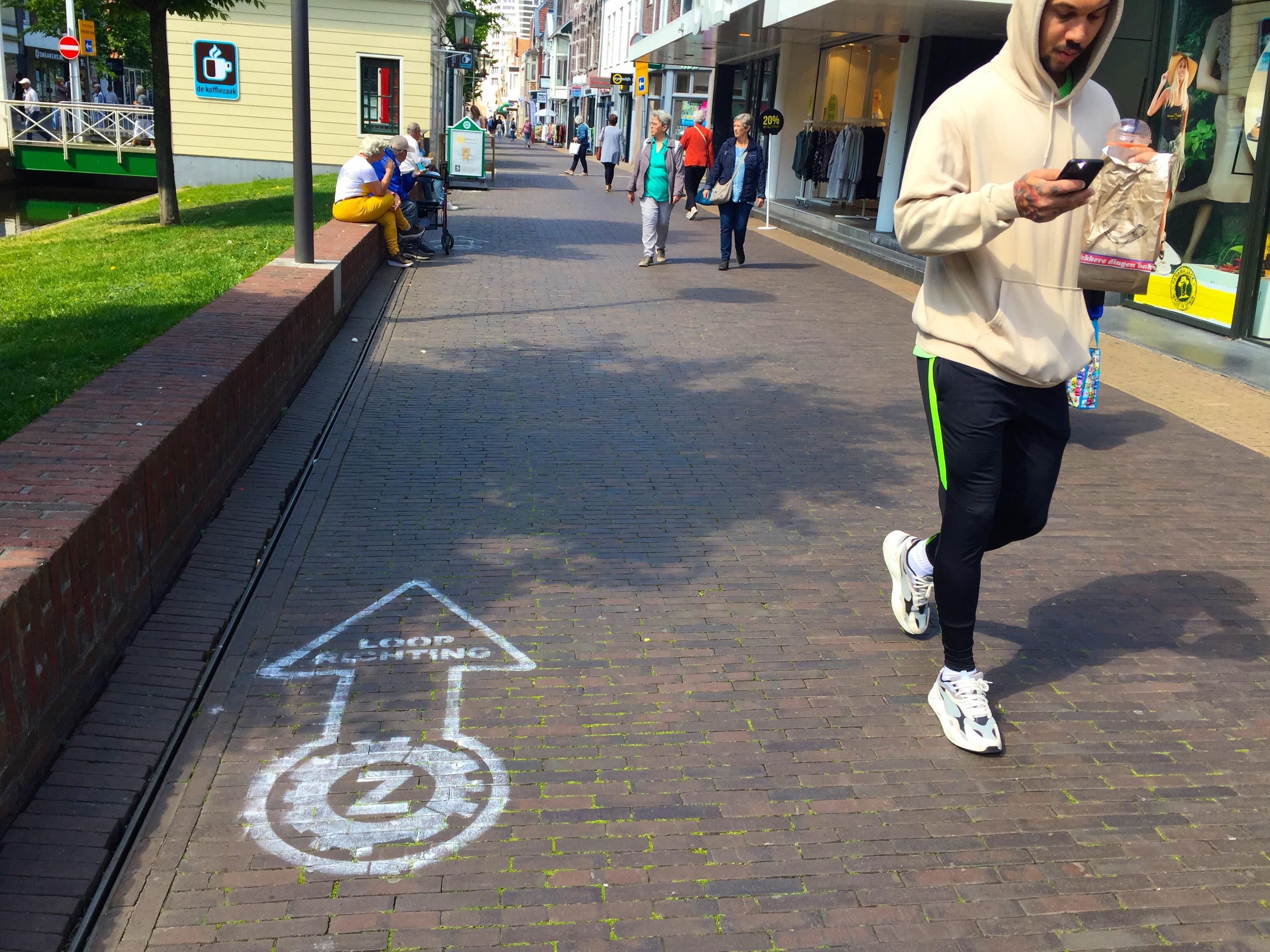 Coronamaatregelen op de Gedempte Gracht in Zaandam helpen niet genoeg; vrijwilligers gaan winkelpubliek begeleiden