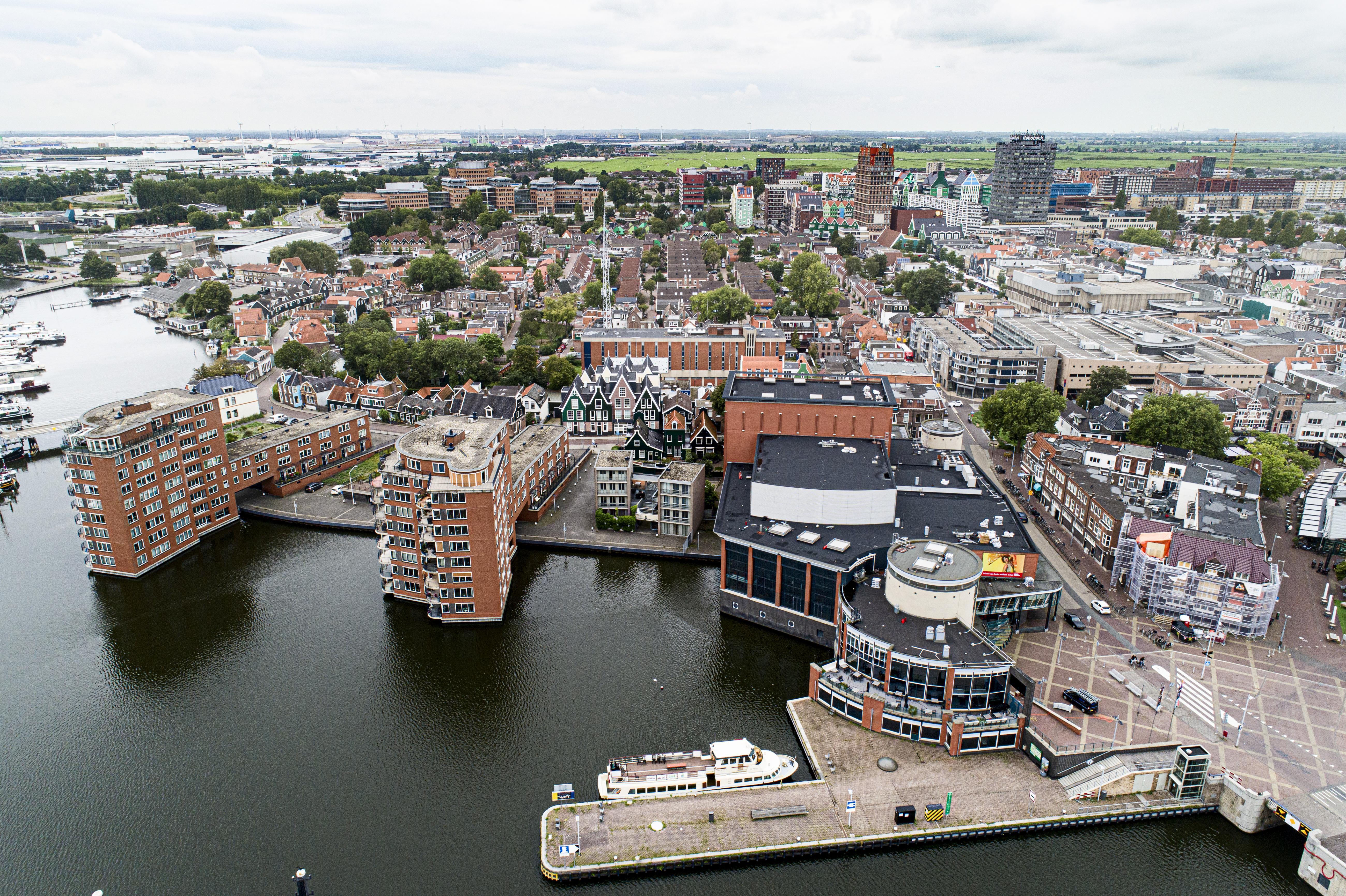 Naar het Zaantheater of toch met de boot naar Amsterdam? (luchtfoto)