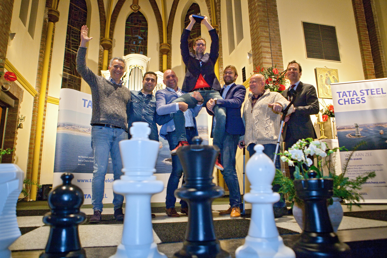 Schakende politici strijden vanuit huis om IJmond Trofee