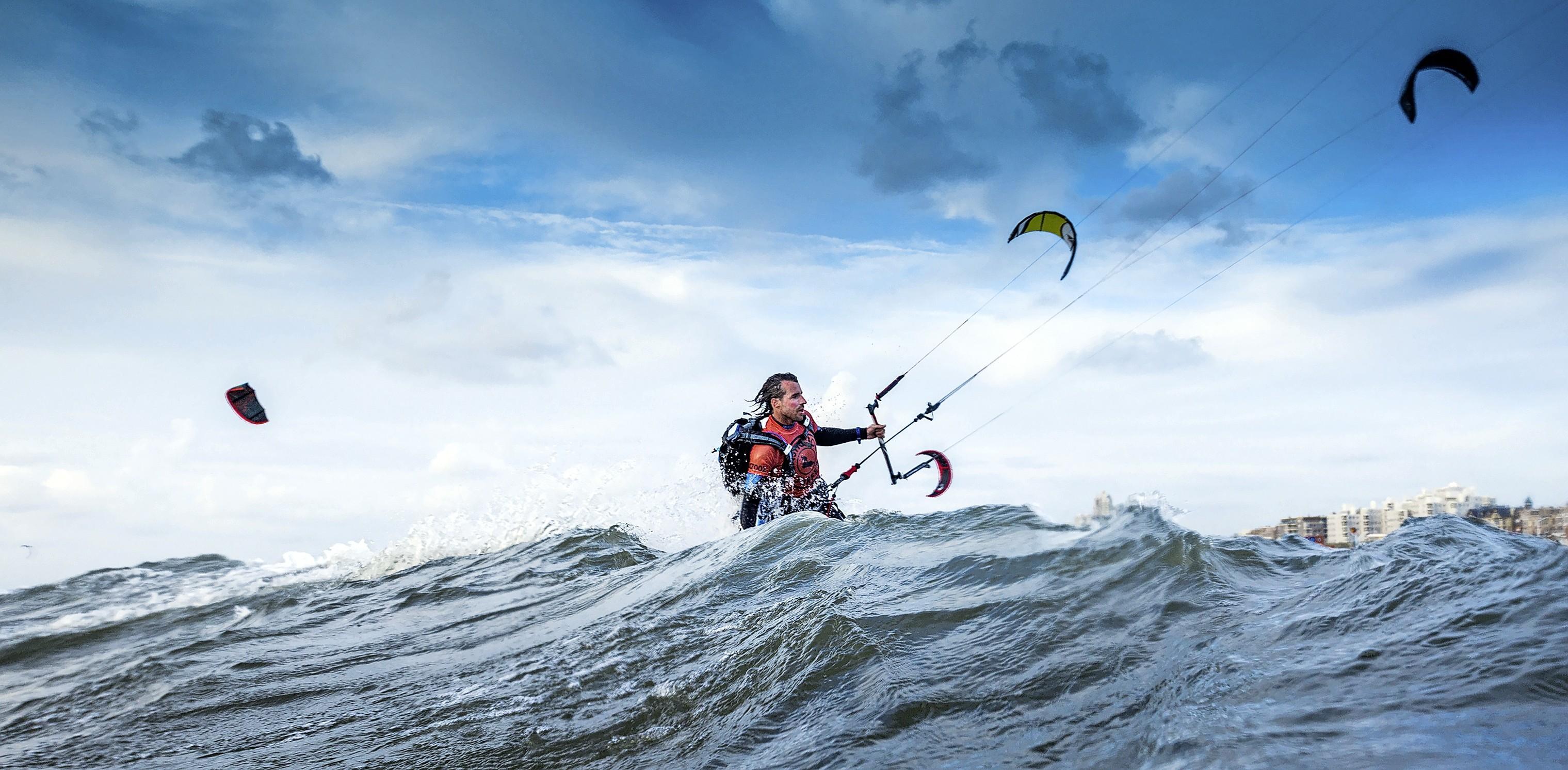 Surfen en durven met de kop in de wind. Plastic soup surfer Merijn Tinga schrijft boek over zijn strijd tegen zwerfafval