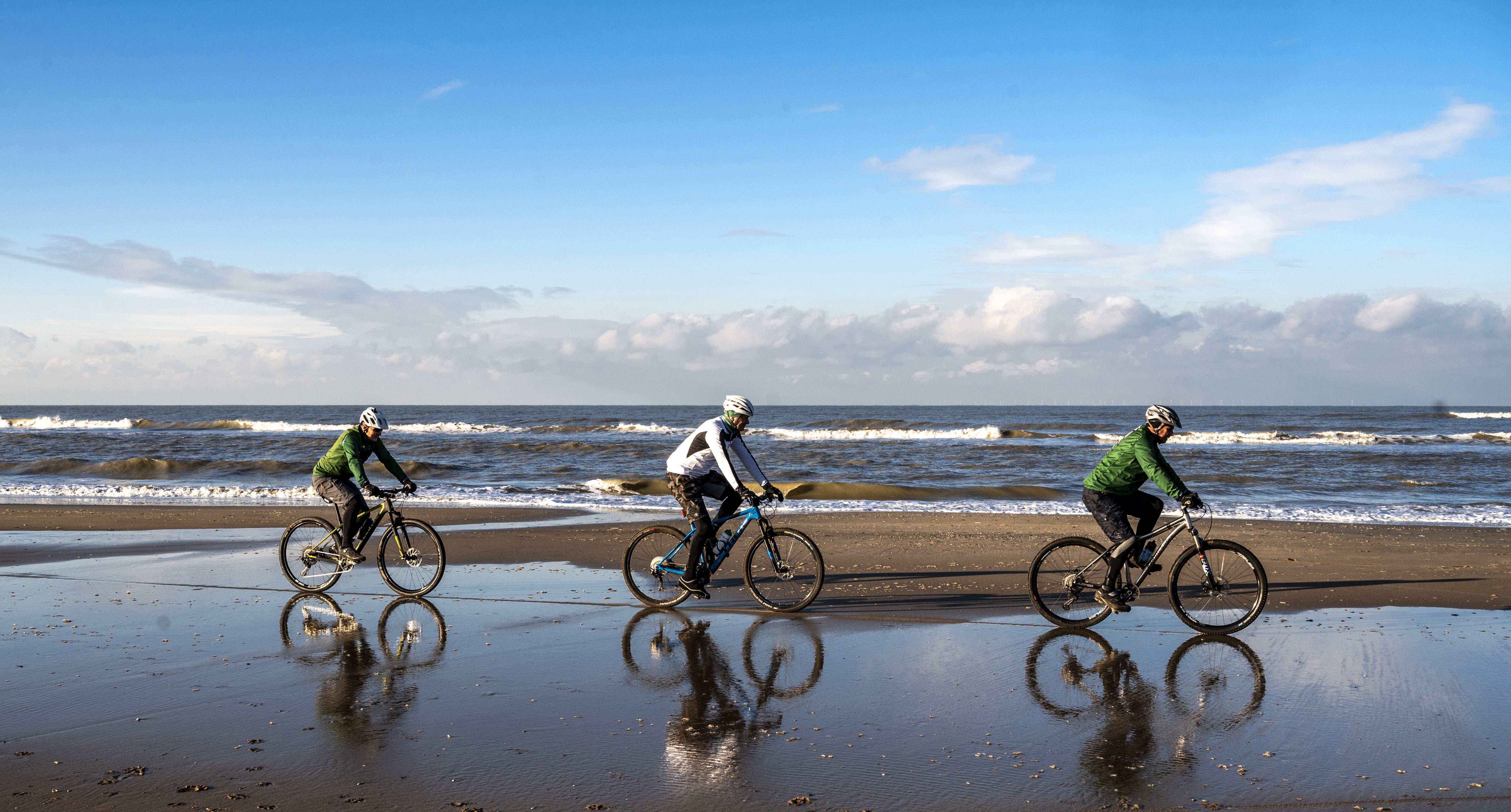 Mountainbiken is leuk bij alle weertypes: 'Niks mooier dan in onze eigen duinen te fietsen'