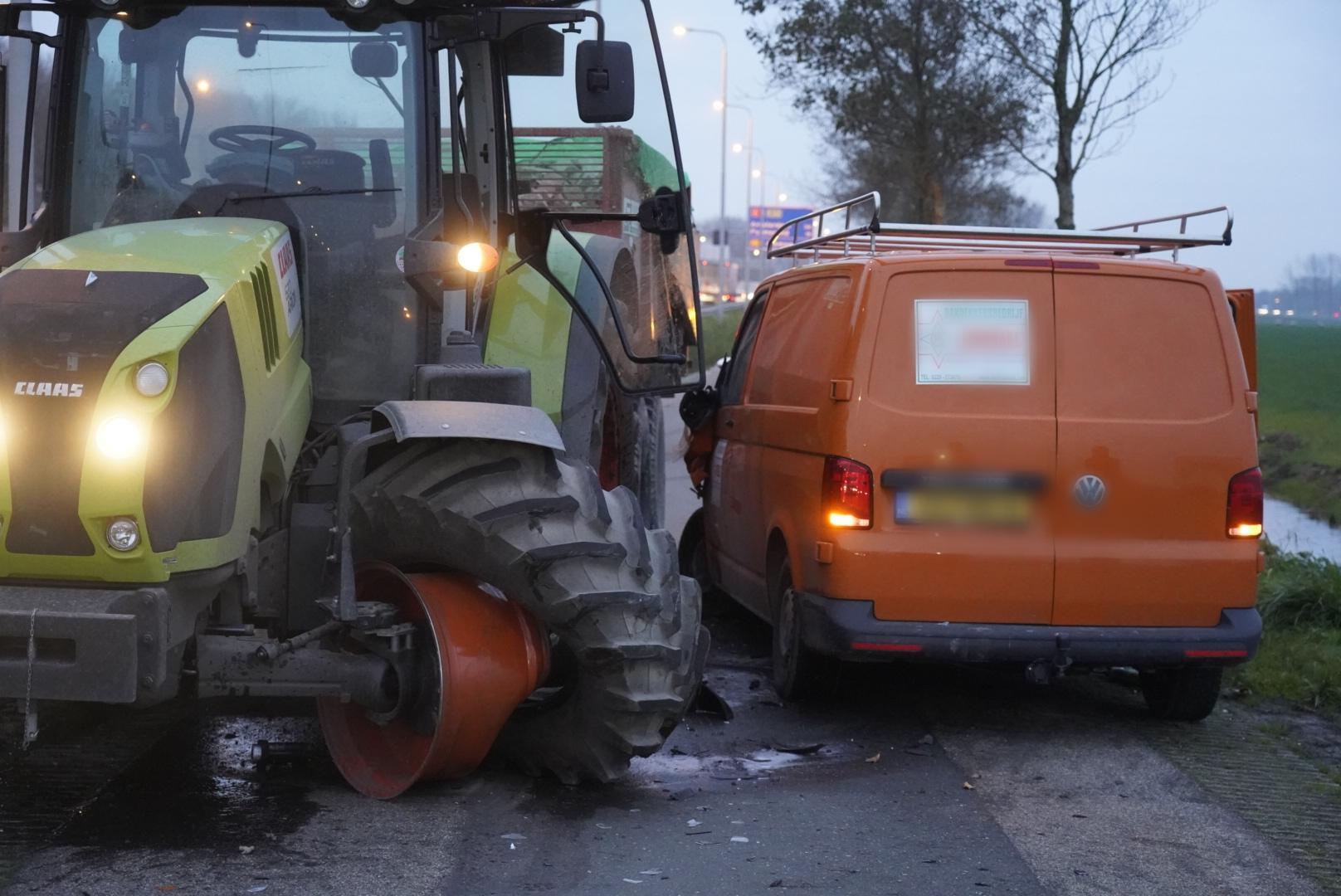 Ravage bij flinke botsing tussen tractor en bedrijfswagen bij Wognum