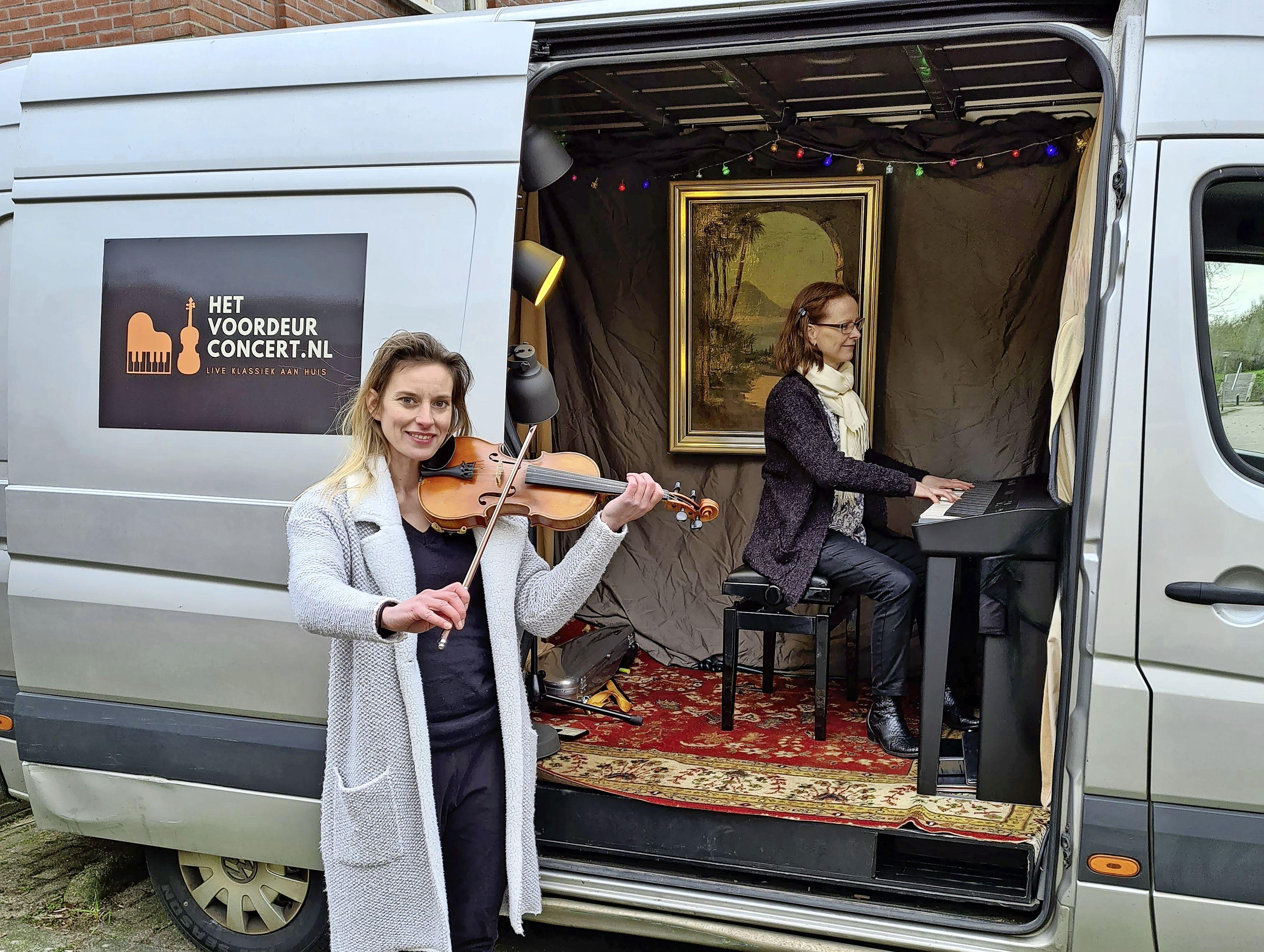 Violiste en pianiste geven concerten aan de voordeur: 'Zulke momenten zijn onbetaalbaar' [video]