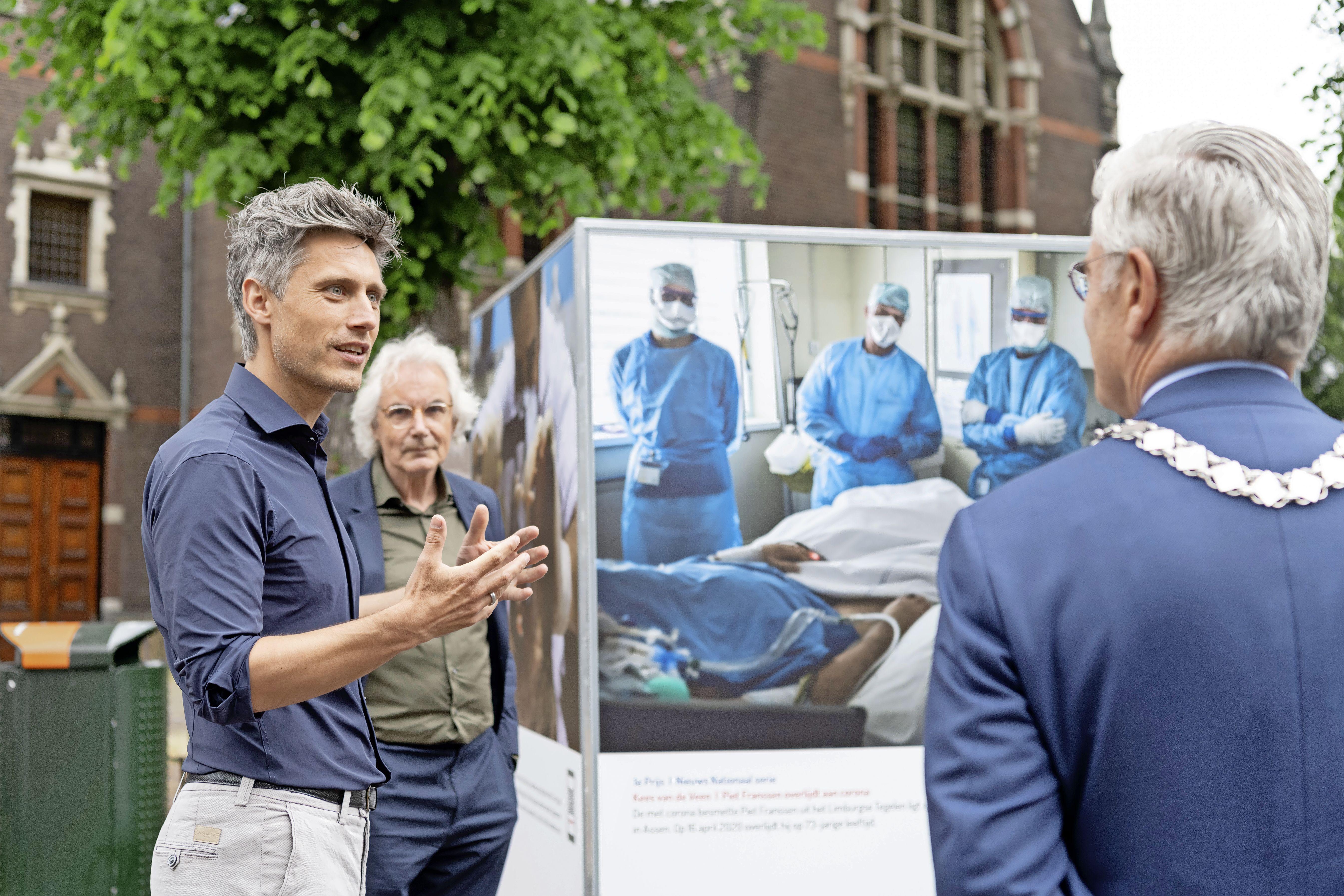 Hilversums burgemeester Charlie Aptroot dankt Kees van de Veen voor winnende beelden tijdens opening tentoonstelling Zilveren Camera