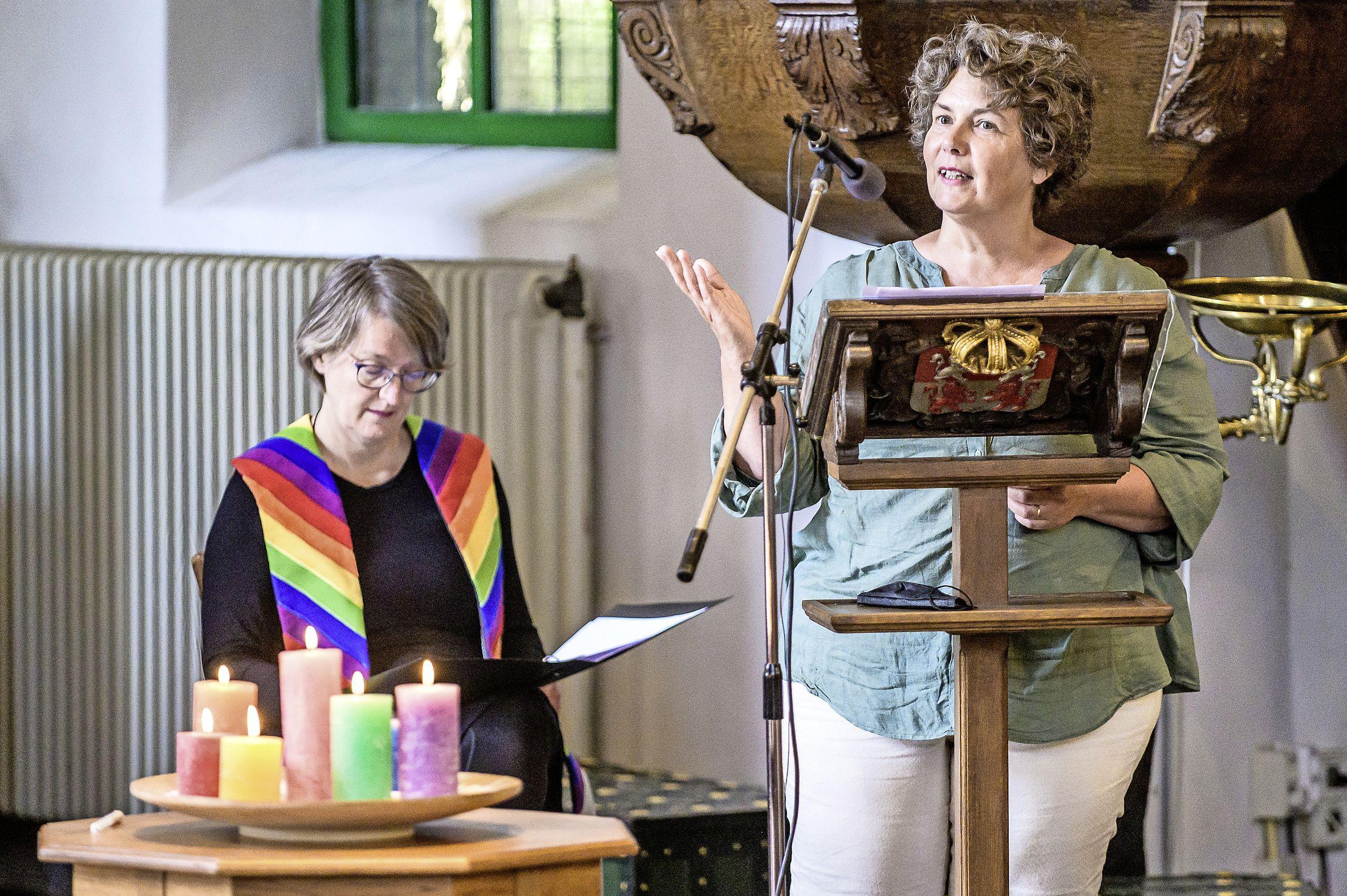 ZaanPride afgetrapt met roze viering in de Kogerkerk: 'We laten ons niet terug de kast in jagen'