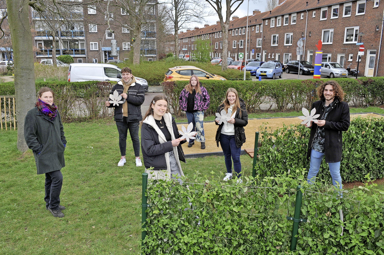 Jeugd van Kuenenplein komt met Kunstprotest subtiel in verzet tegen verdwijnen van hun plekje en de kap van kastanjebomen.