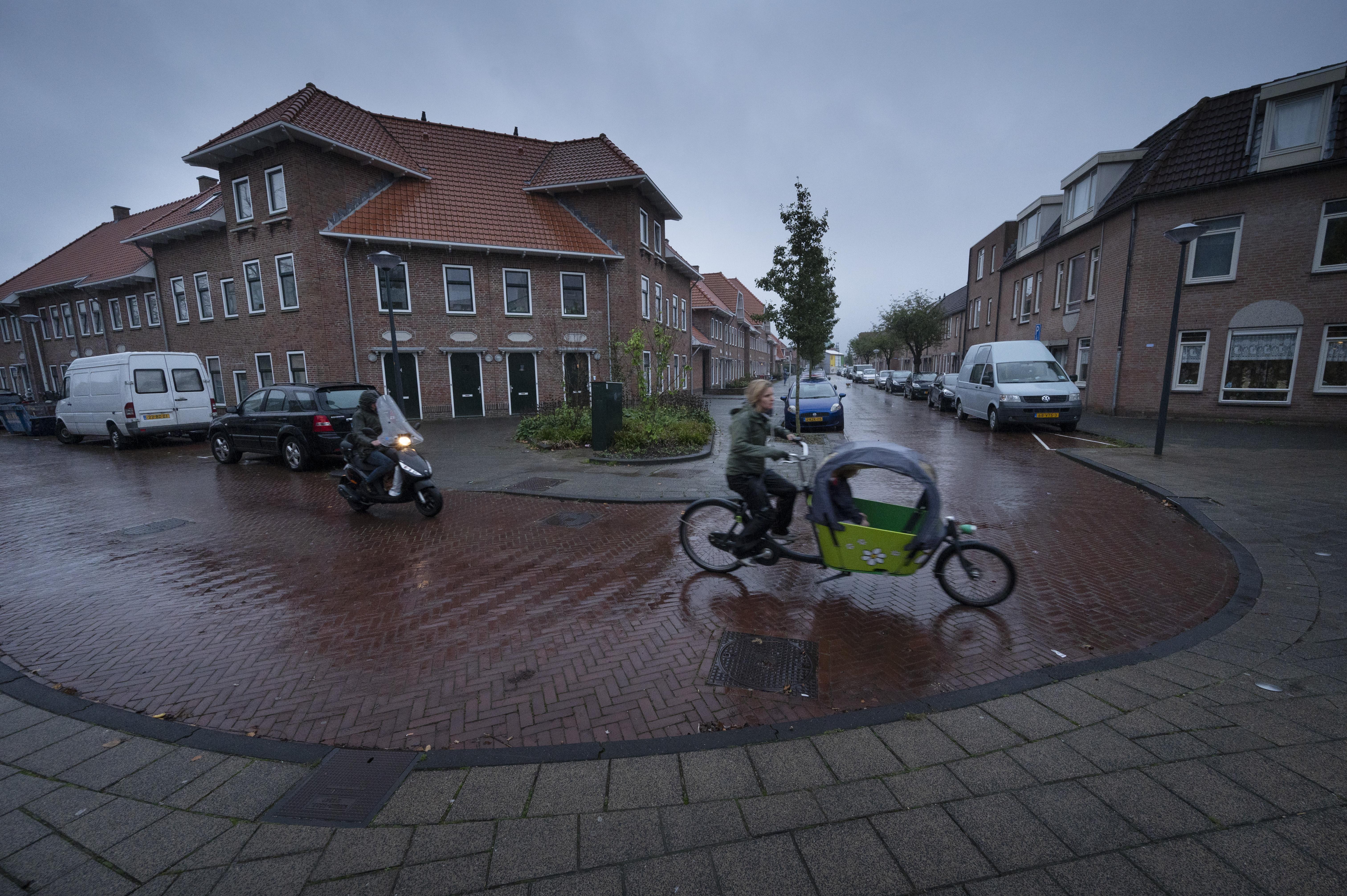 Bewoners van De Kooi maken zich zorgen om vrachtverkeer. De invalidenbus van Henk (70) was net gerepareerd, toen knalde er alweer een vrachtwagen op
