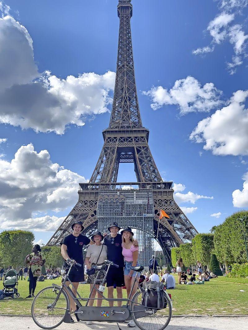 Viertal van 'Tour de Tandem' bereikt Parijs fris en fruitig