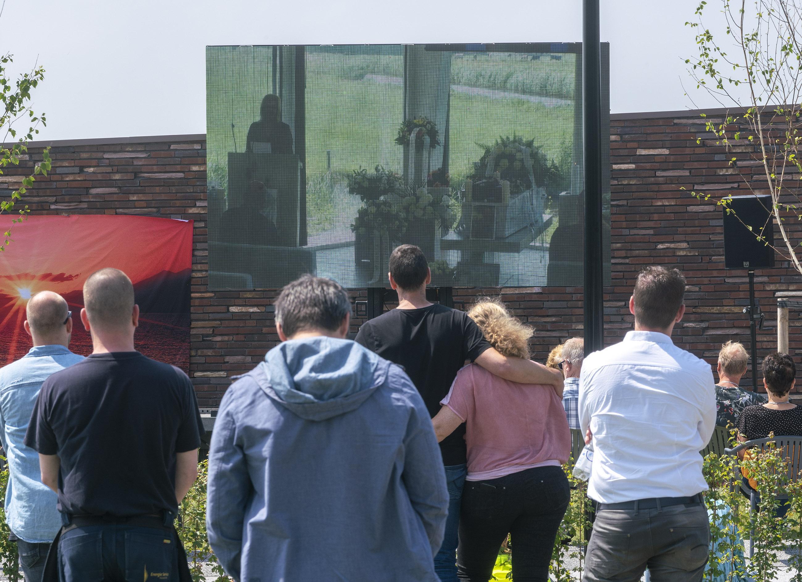 Toch een grote uitvaart voor Remco Raven (40) uit Egmond aan den Hoef. Groot scherm buiten na avondje bellen met Bruinooge