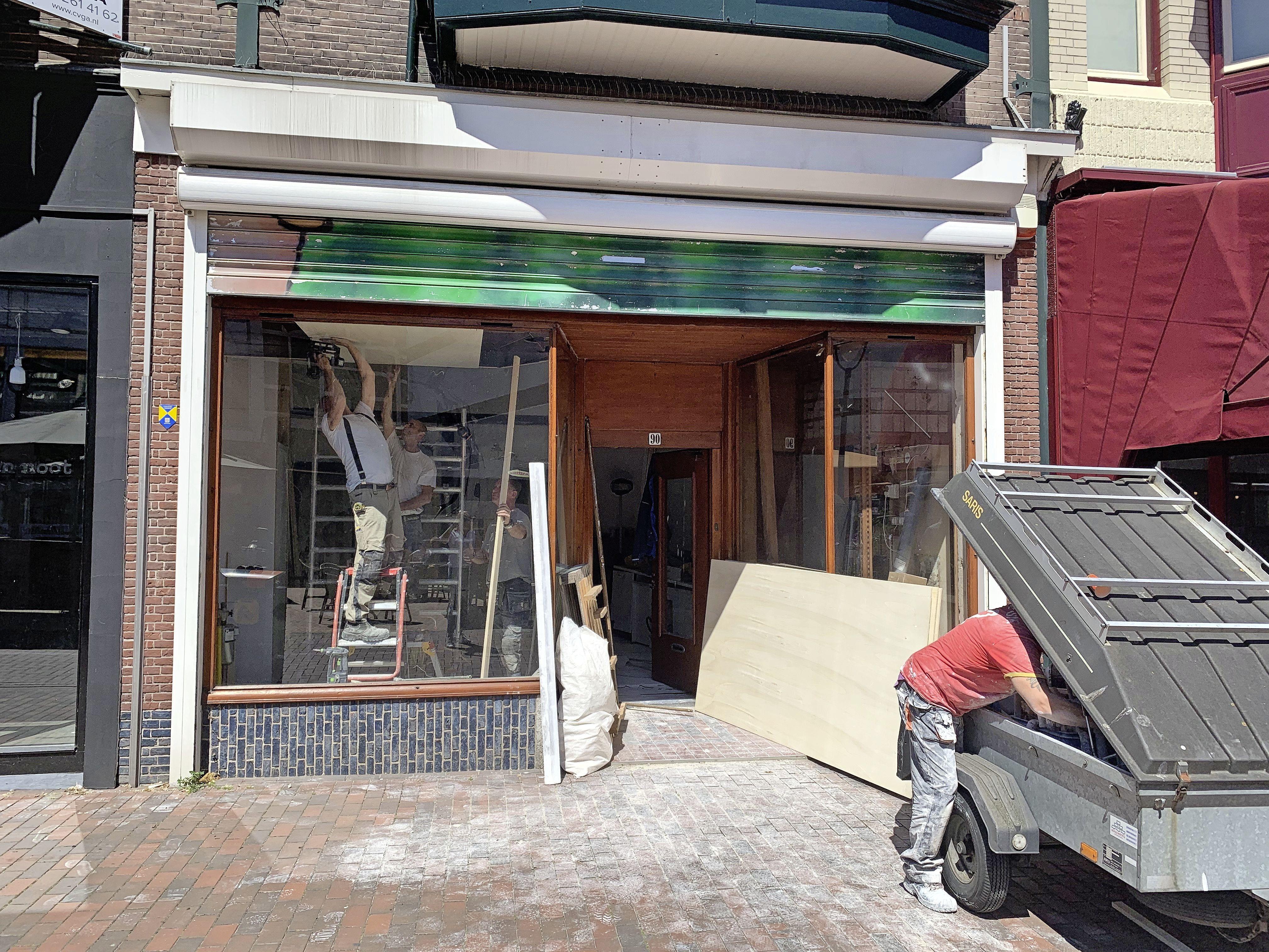 Eindelijk een nieuwe bestemming voor het pand van juwelier Renou in Hilversum. Verbouwing tot modewinkel en drie appartementen