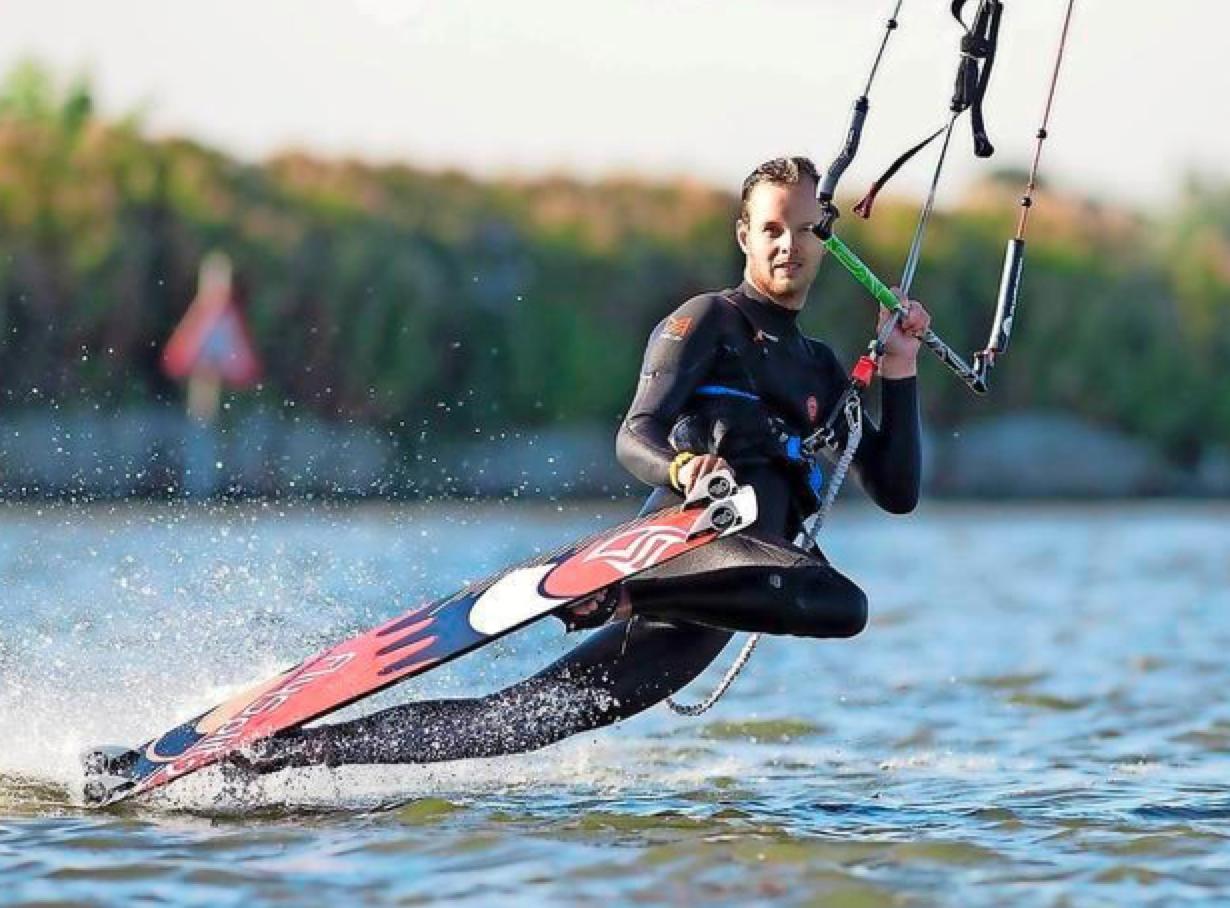 Alliantie Markermeerdijken waarschuwt: 'Kitesurfen achter betonning tussen Hoorn en Schardam écht levensgevaarlijk' [video]