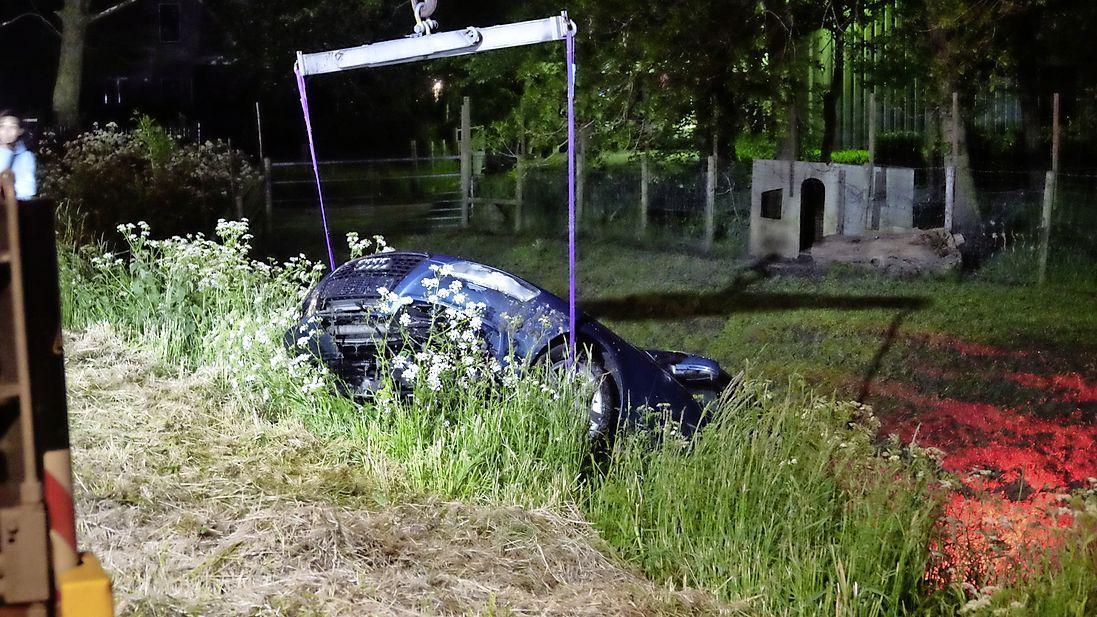 Auto belandt in het water in Wervershoof, bestuurder aangehouden