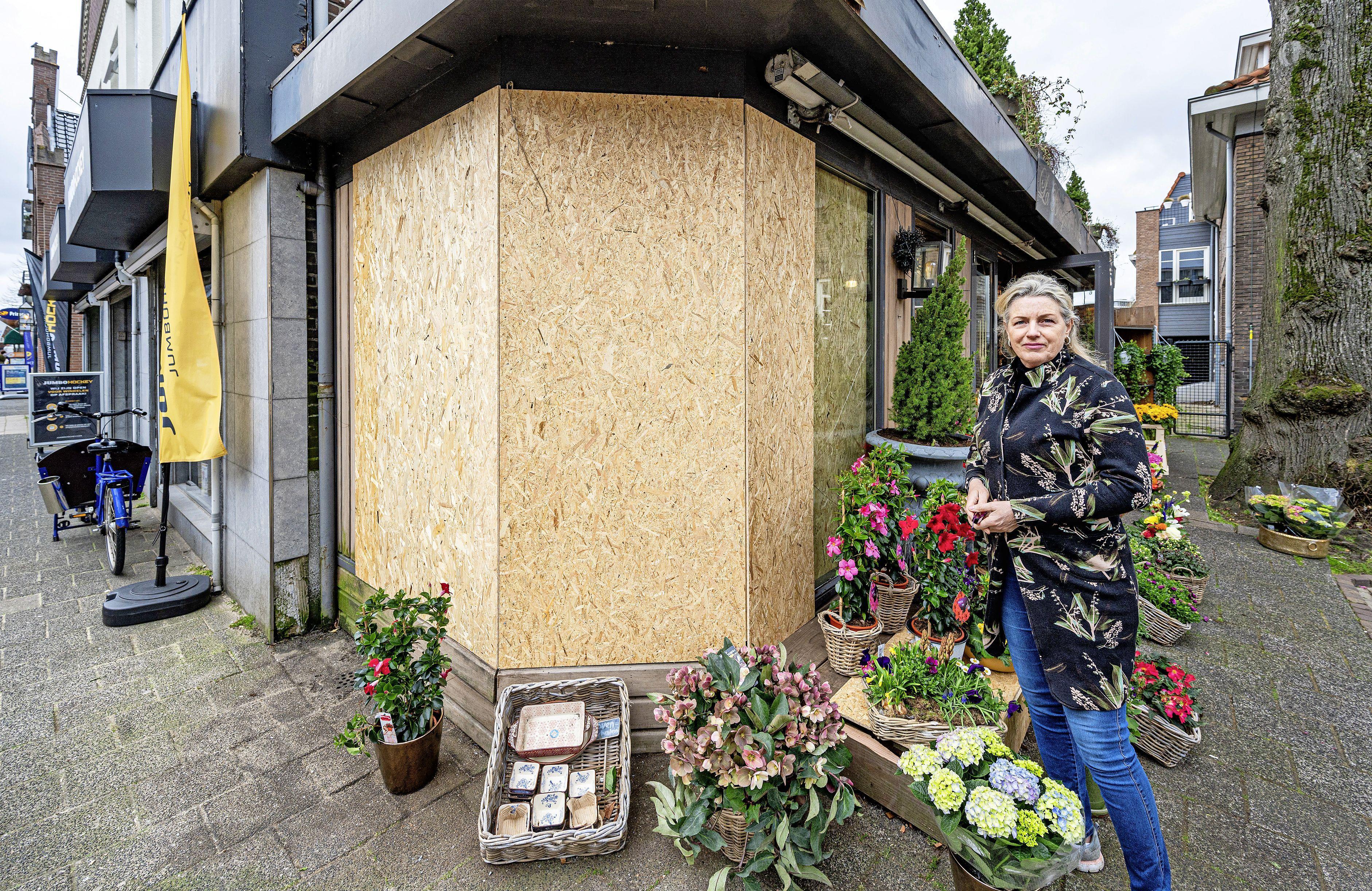 Een dag nadat een auto haar winkel binnenreed, verkoopt Saskia weer bloemen 'Ik wil een bredere stoep en betonnen bakken voor de deur'