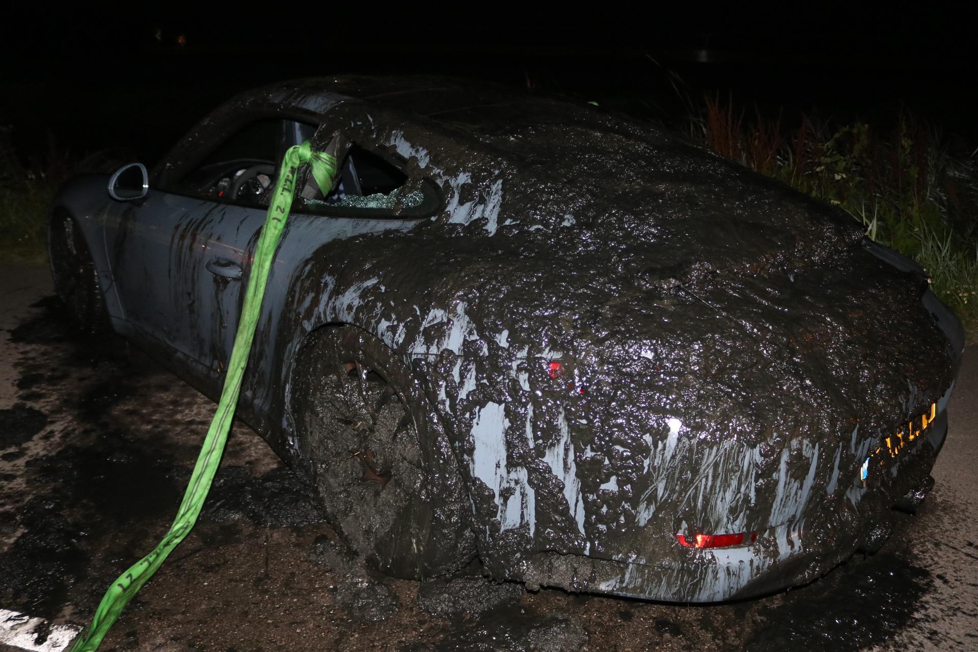 Dure Porsche raakt te water in Noordwijkerhout en is total loss, inzittenden ongedeerd