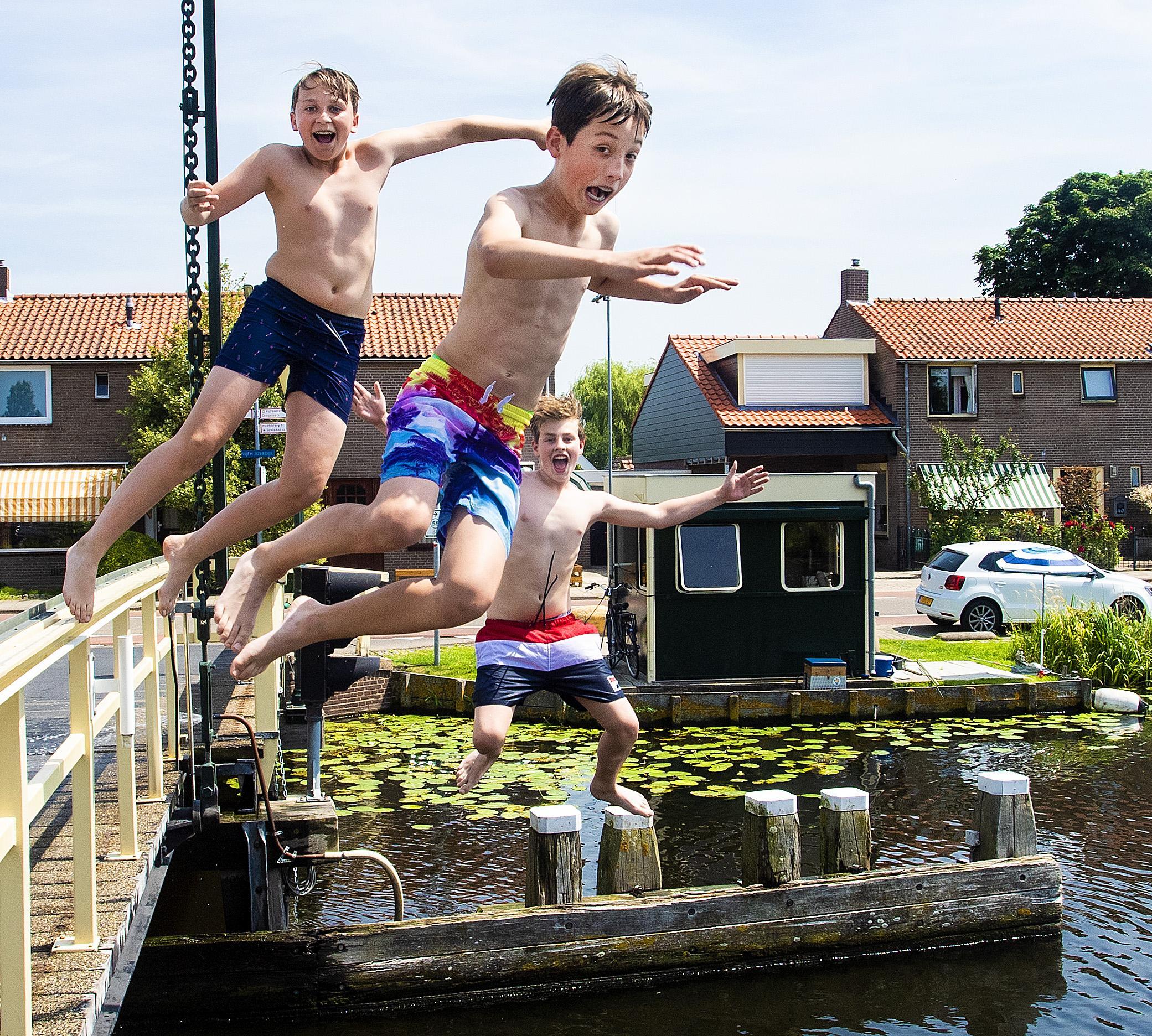 Sprong naar verkoeling in Ringvaart bij Vijfhuizen