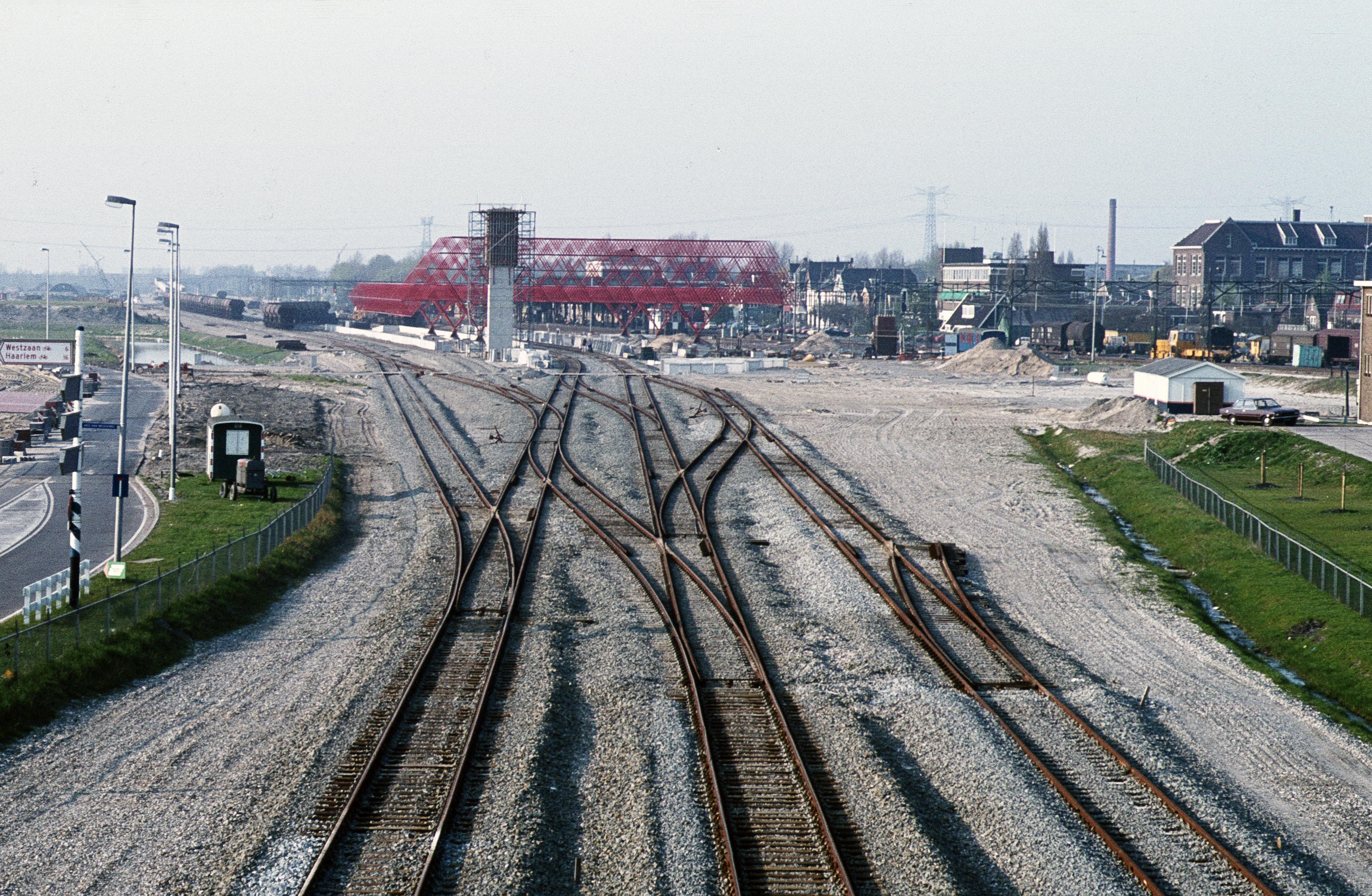Spoorlijn moest Zaanstreek uit slop trekken, eerste passagiers klaagden ook al over vertraging