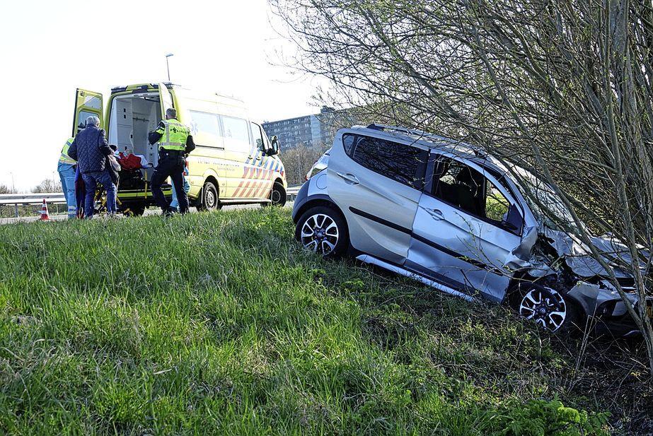 Auto crasht tegen boom na botsing met busje op A7 bij Zaandam