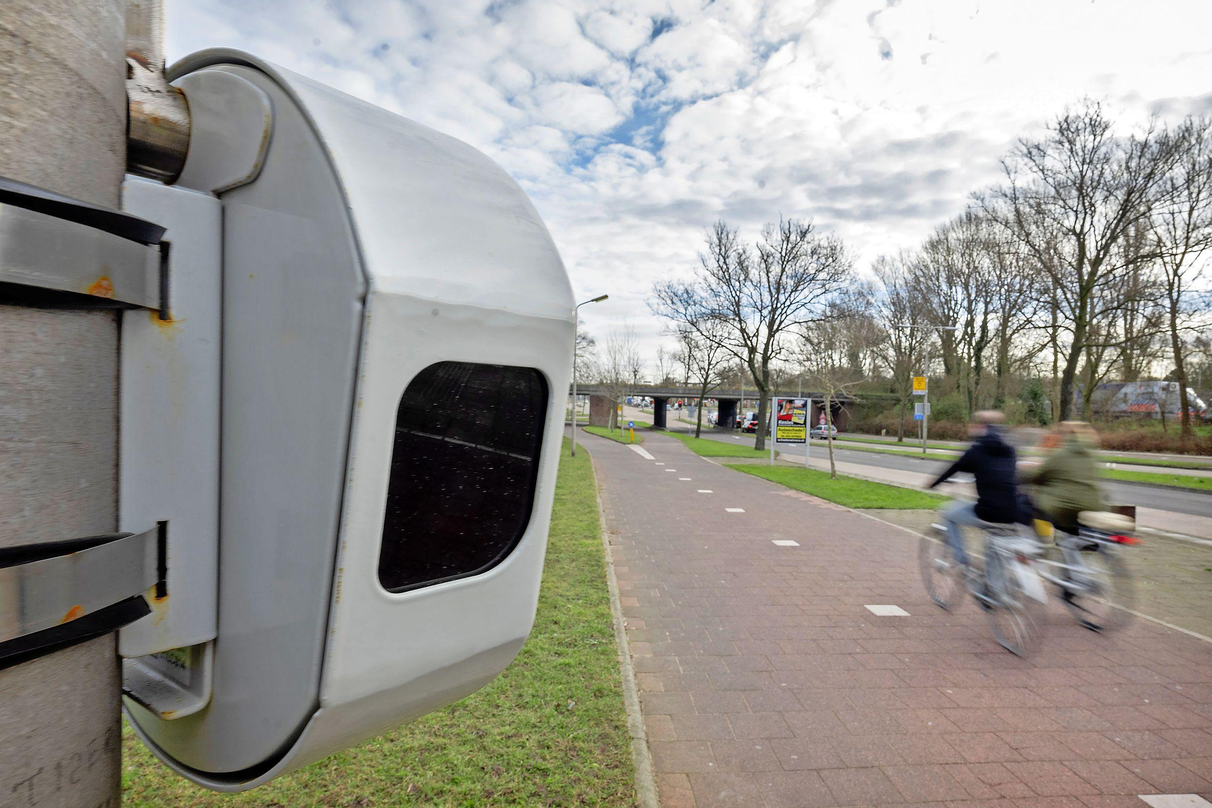 Identiteit fietsers blijft anoniem bij tellers langs fietspad in IJmuiden. 'Het kan alleen vaststellen dat er een object aanwezig is, hoe groot dit object is en hoe snel dit object zich verplaatst, zonder dat daarbij wordt vastgesteld wat voor object dit is'