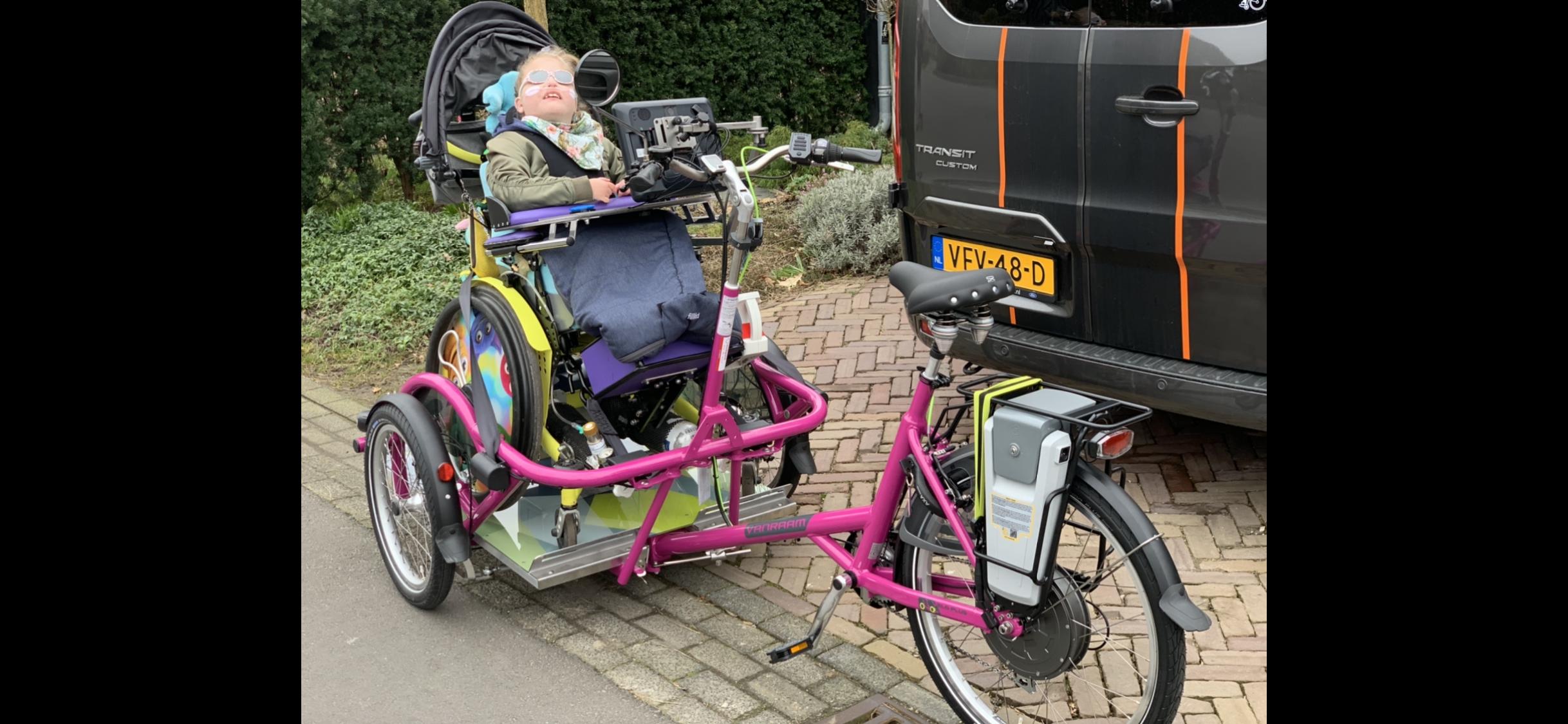 Lily (8) bont en blauw na salto's met gloednieuwe rolstoelfiets. 'Ze had ook haar nek wel kunnen breken'. Veroorzaker rijdt door