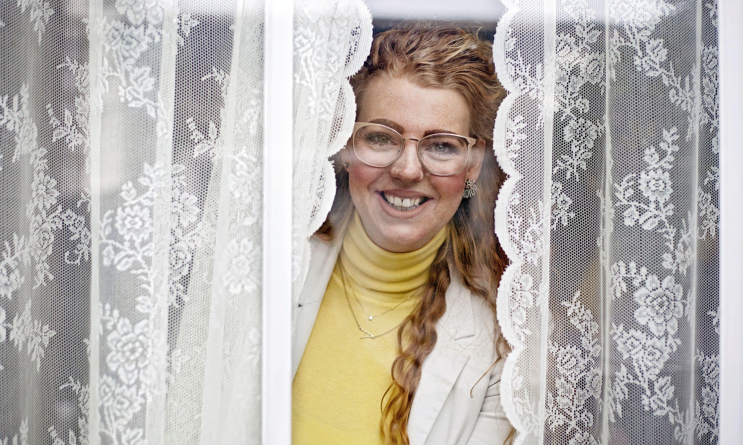 Laura Ouderkerken wil andere vrouwen laten zien dat ze meer kunnen dan ze denken. 'Natuurlijk zit ik ook met mijn kinderen op de bank of help ik ze pannenkoeken bakken, maar als ze naar bed zijn, zit ik weer achter mijn laptop'
